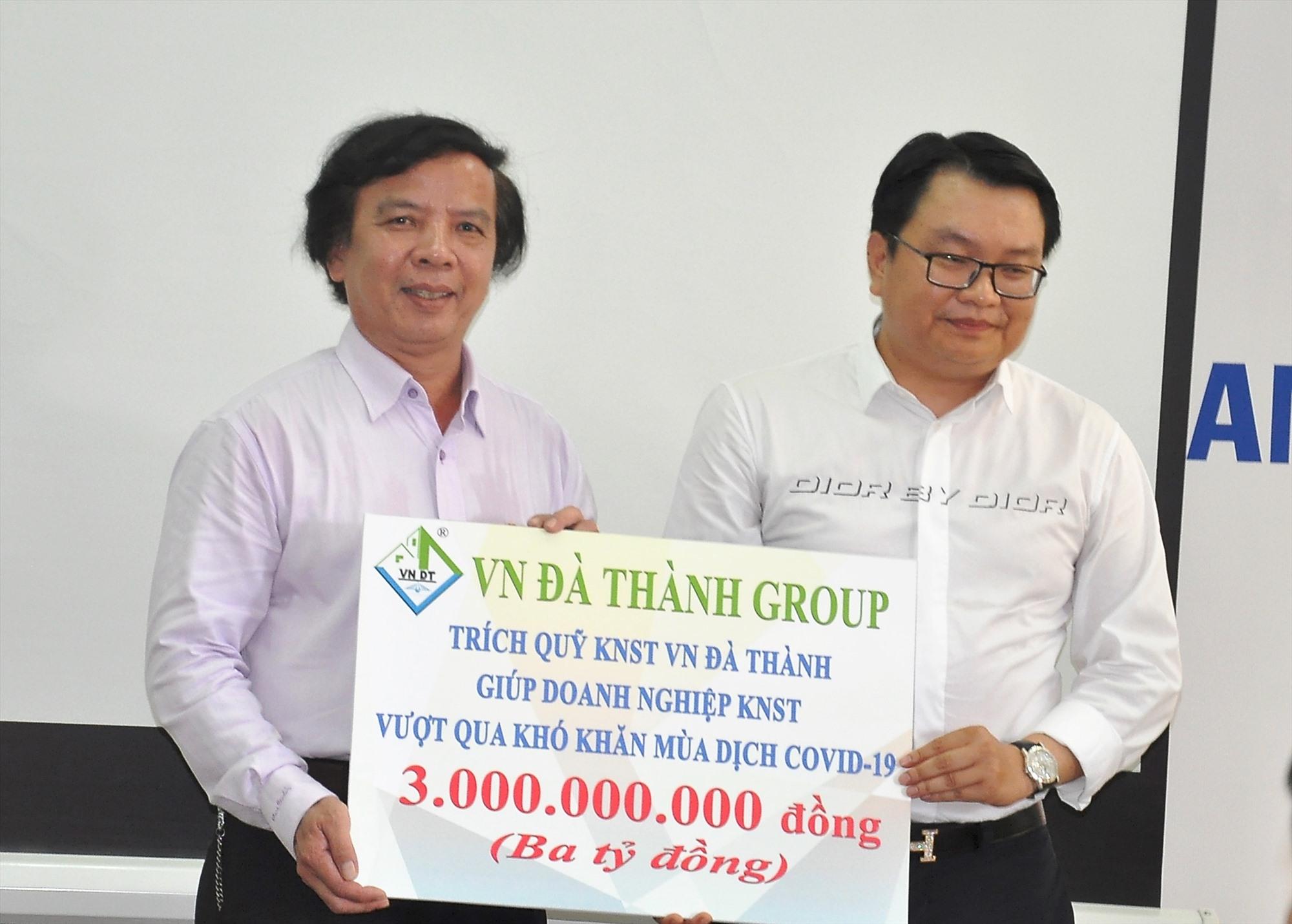 Ông Phạm Ngọc Sinh (trái) nhận gói hỗ trợ 3 tỷ đồng từ Công ty CP Tập đoàn VN Đà Thành để hỗ trợ cho các dự án KN trên địa bàn tỉnh trong tình hình dịch Covid-19. Ảnh: VINH ANH