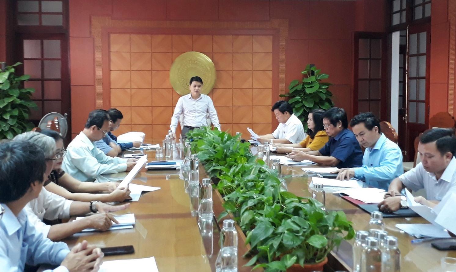 Phó Chủ tịch UBND tỉnh Trần Văn Tân chủ trì cuộc họp Hội đồng xét tặng danh hiệu nhà giáo ưu tú tỉnh. Ảnh: X.P