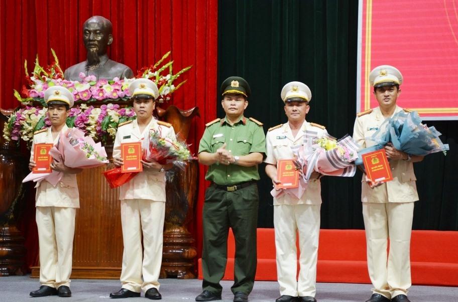 Đại tá Huỳnh Sông Thu, PGĐ Công an tỉnh trao quyết định và tặng hoa chúc mừng cho các đồng chí nhận nhiệm vụ mới.