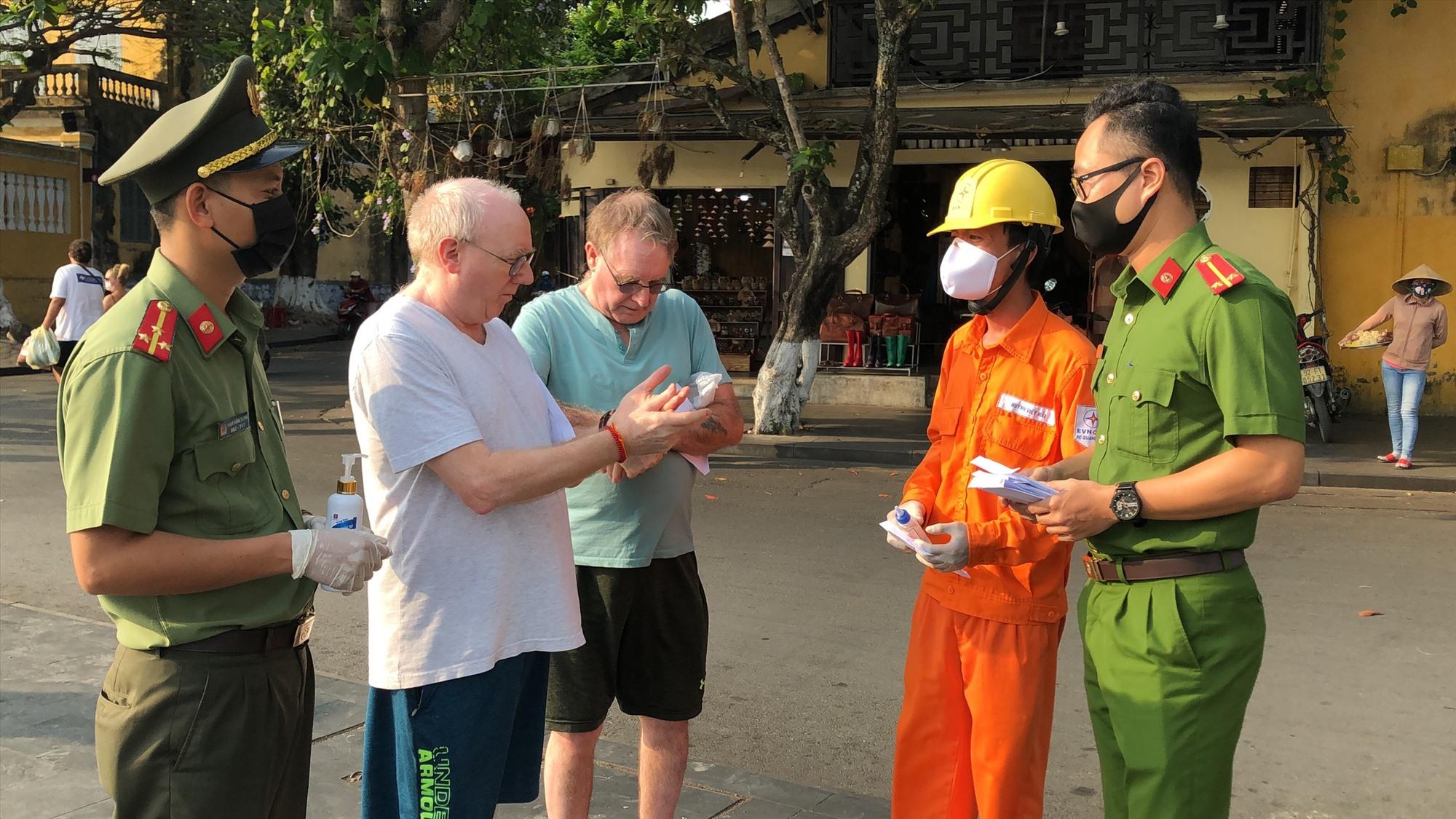 1.000 khẩu trang và 500 chai dung dịch sát khuẩn được trao tặng cho khách du lịch. Ảnh: L.M