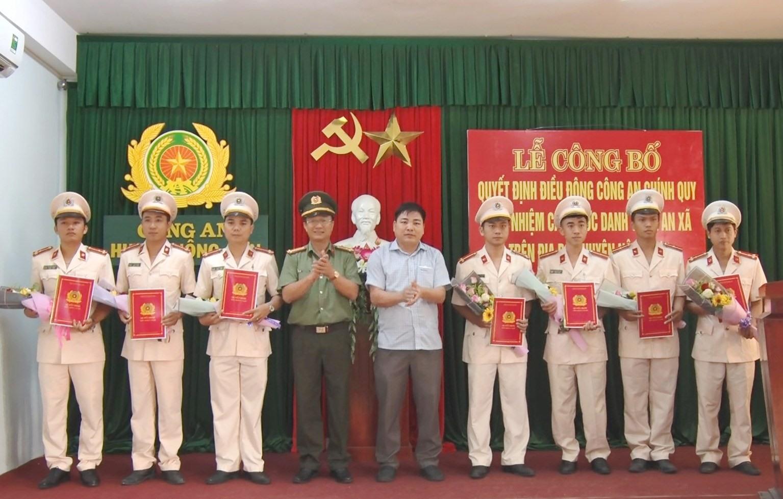 Thượng tá Nguyễn Thành Long – Phó Giám đốc Công an tỉnh và lãnh đạo huyện Nông Sơn trao quyết định điều động cán bộ công an chính quy đảm nhiệm các chức danh công an xã.