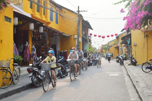 Many foreign tourists without masks in the streets of Hoi An ancient town.