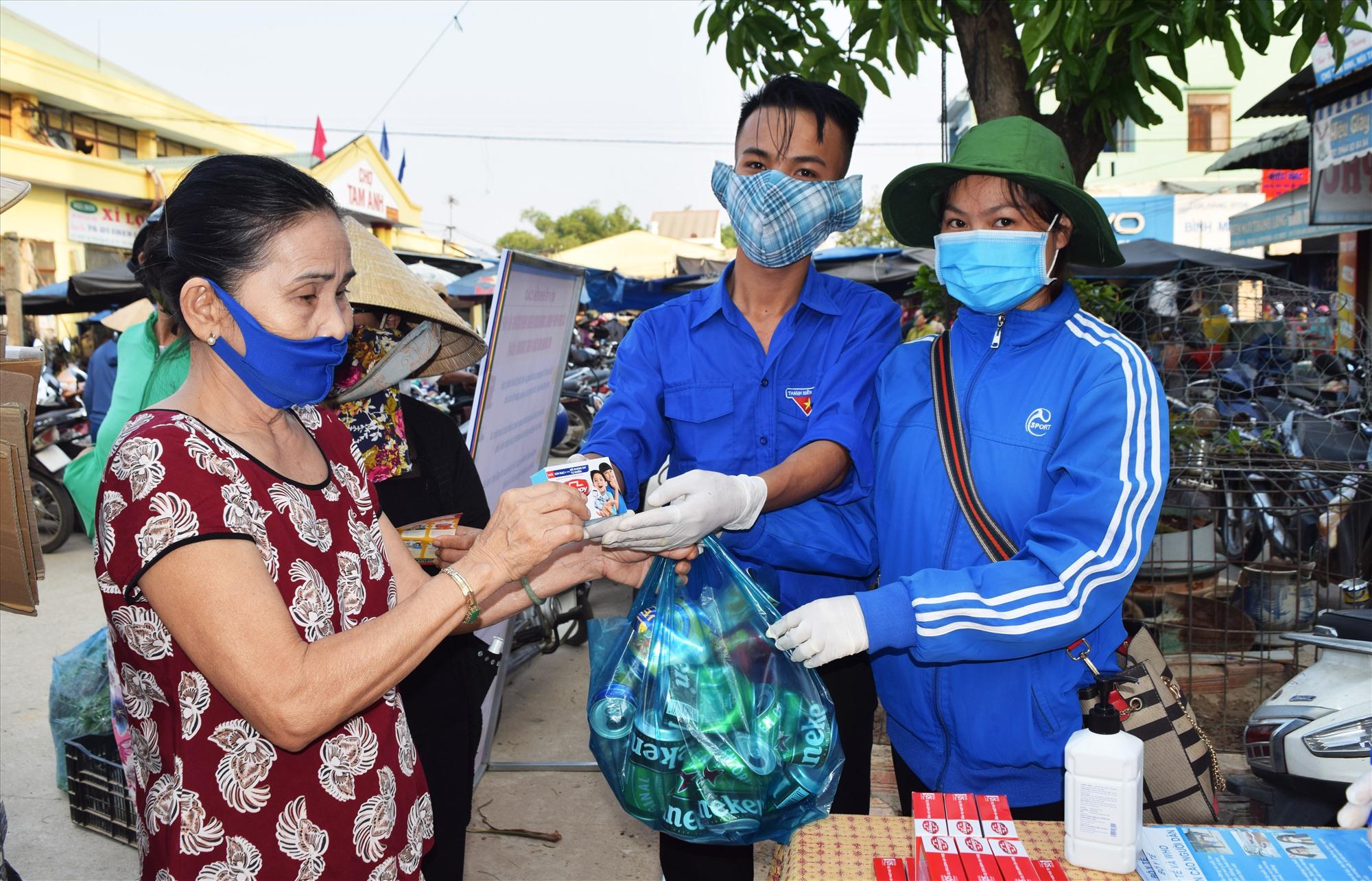 Nhân dân mang rác thải nhựa đến đổi các sản phẩm phòng chống dịch Covid-19. Ảnh: THÁI CƯỜNG