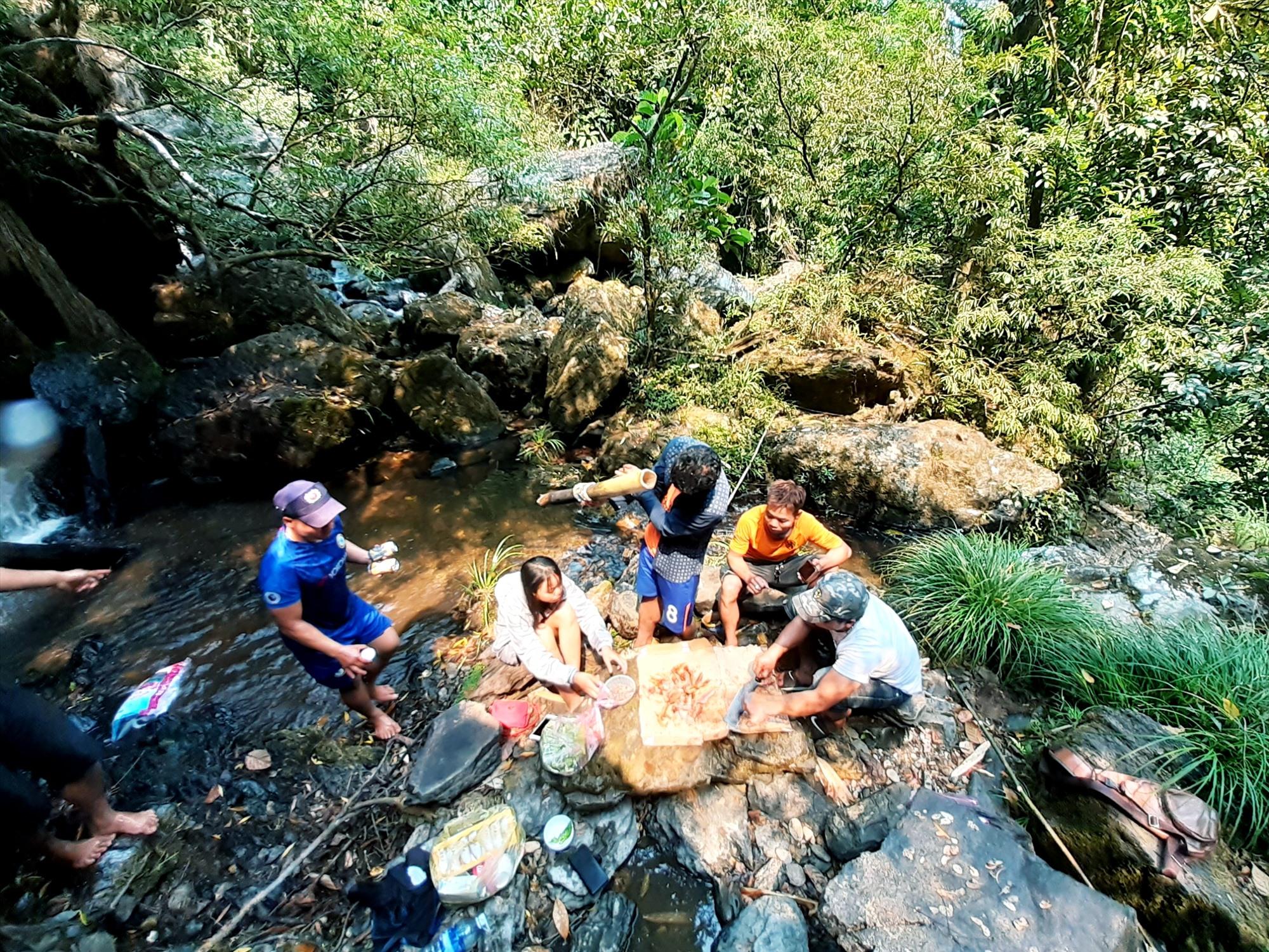 Thích thú với vẻ đẹp của thác R'măng, nhiều bạn trẻ địa phương đã cùng nhau tìm đến khám phá, trải nghiệm. Ảnh: A.L