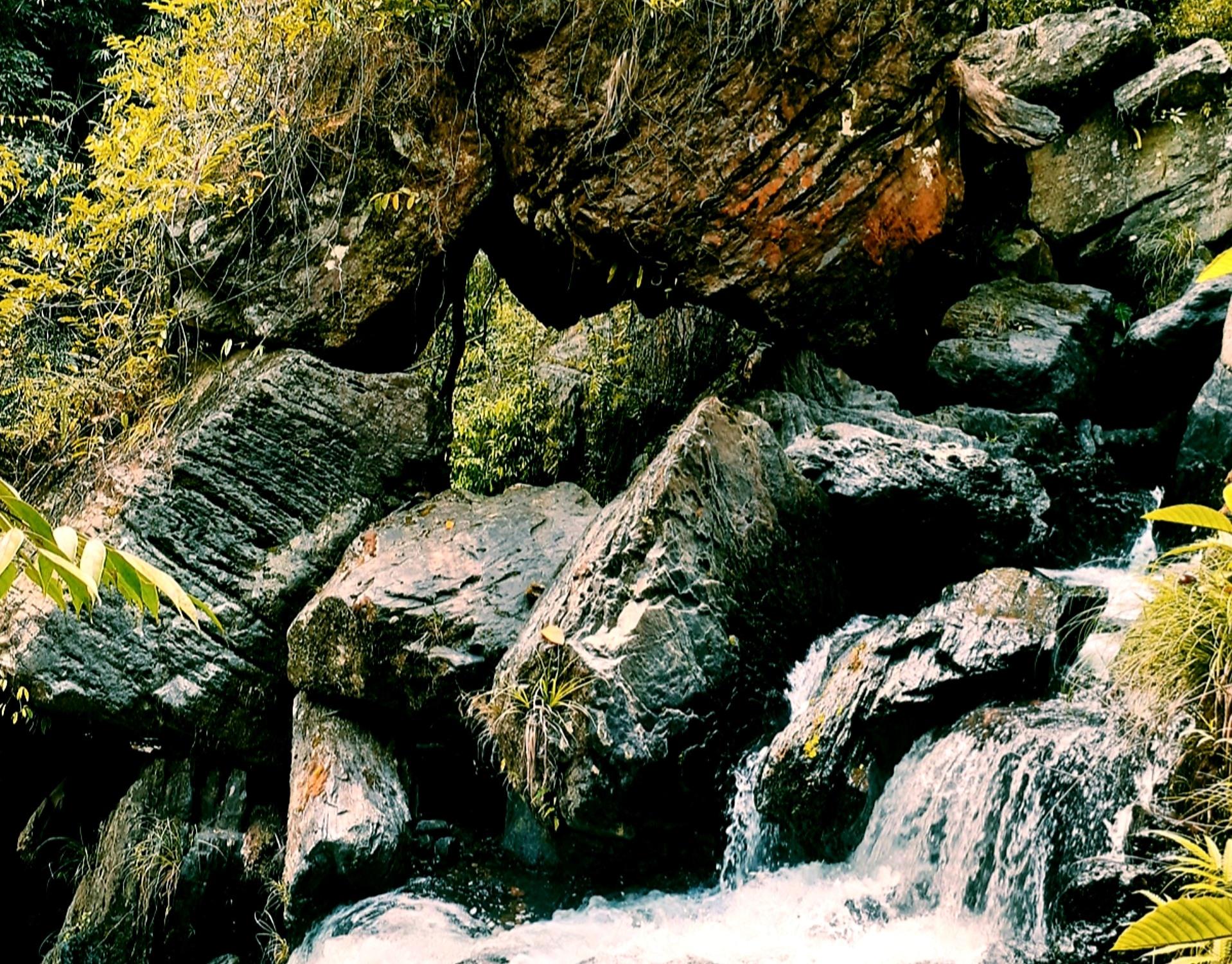 Những tá đá lớn với hình thù lạ mắt rải dài quanh khu vực thác nước. Ảnh: N.L