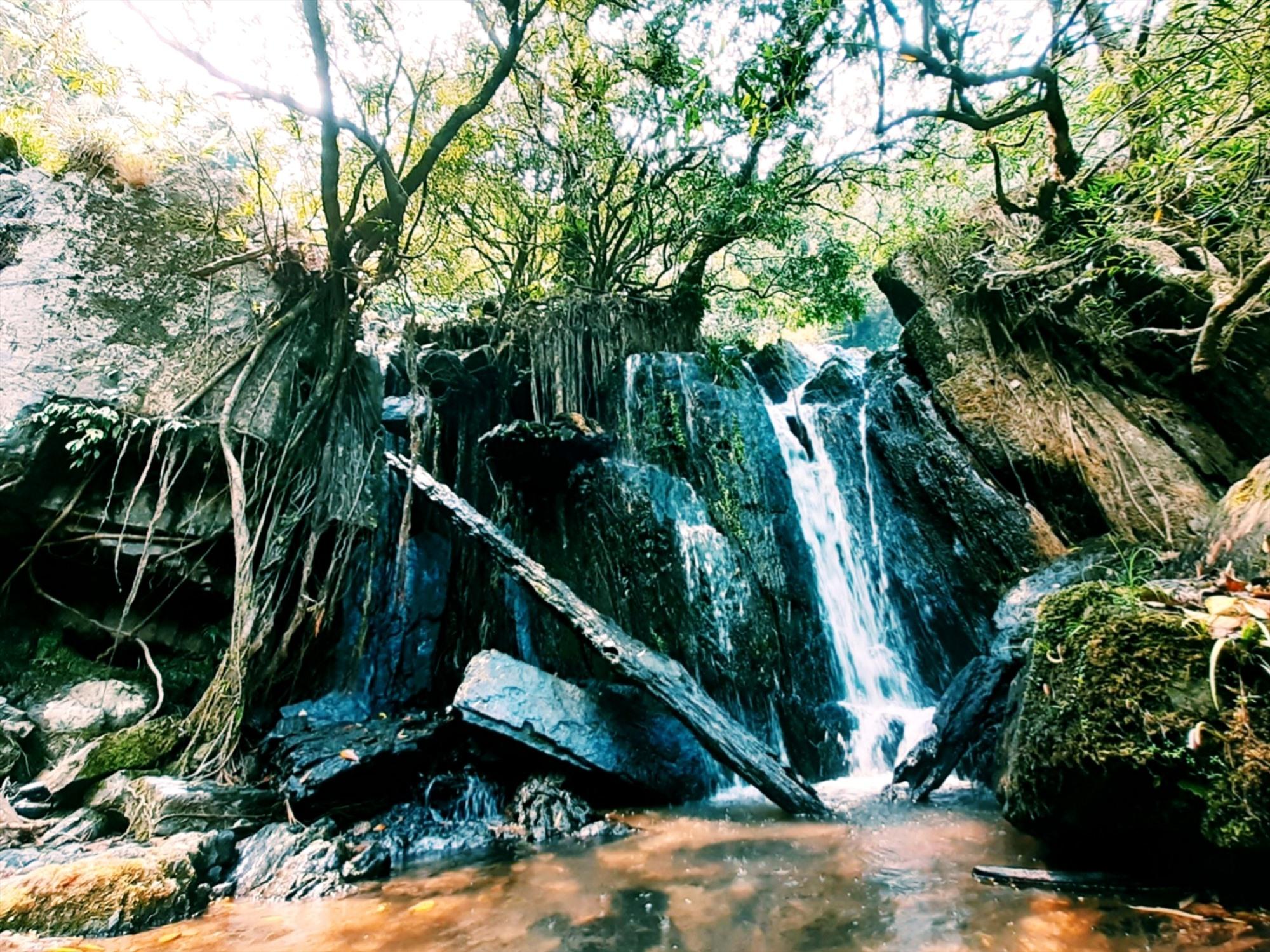 Những ngày hè, có dịp đến với thác nước R'măng, niềm vui sướng không gì bằng. Ảnh: N.L
