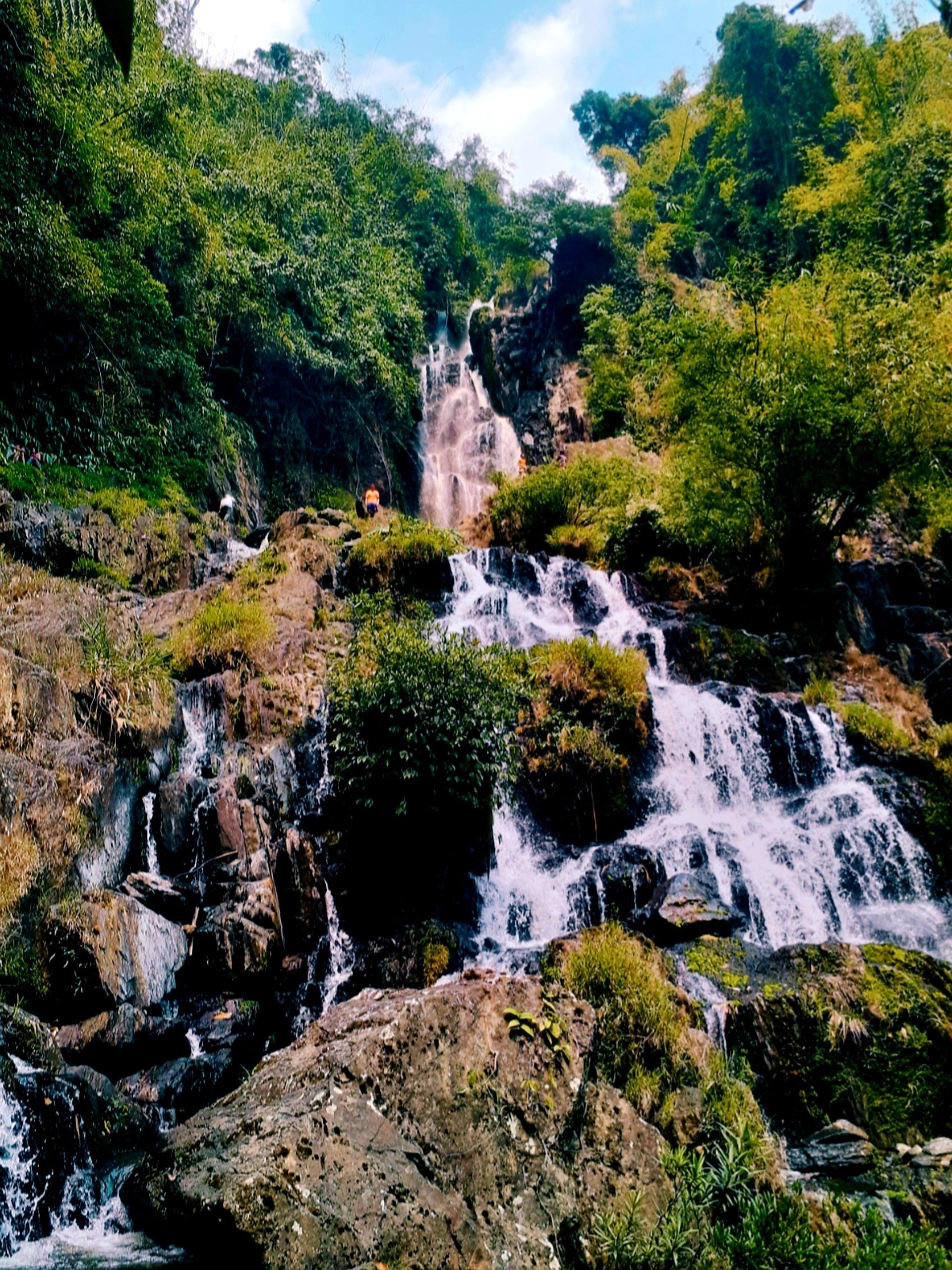 Hệ thống thác R'măng kỳ vỹ tựa như một nàng tiên giữa rừng.