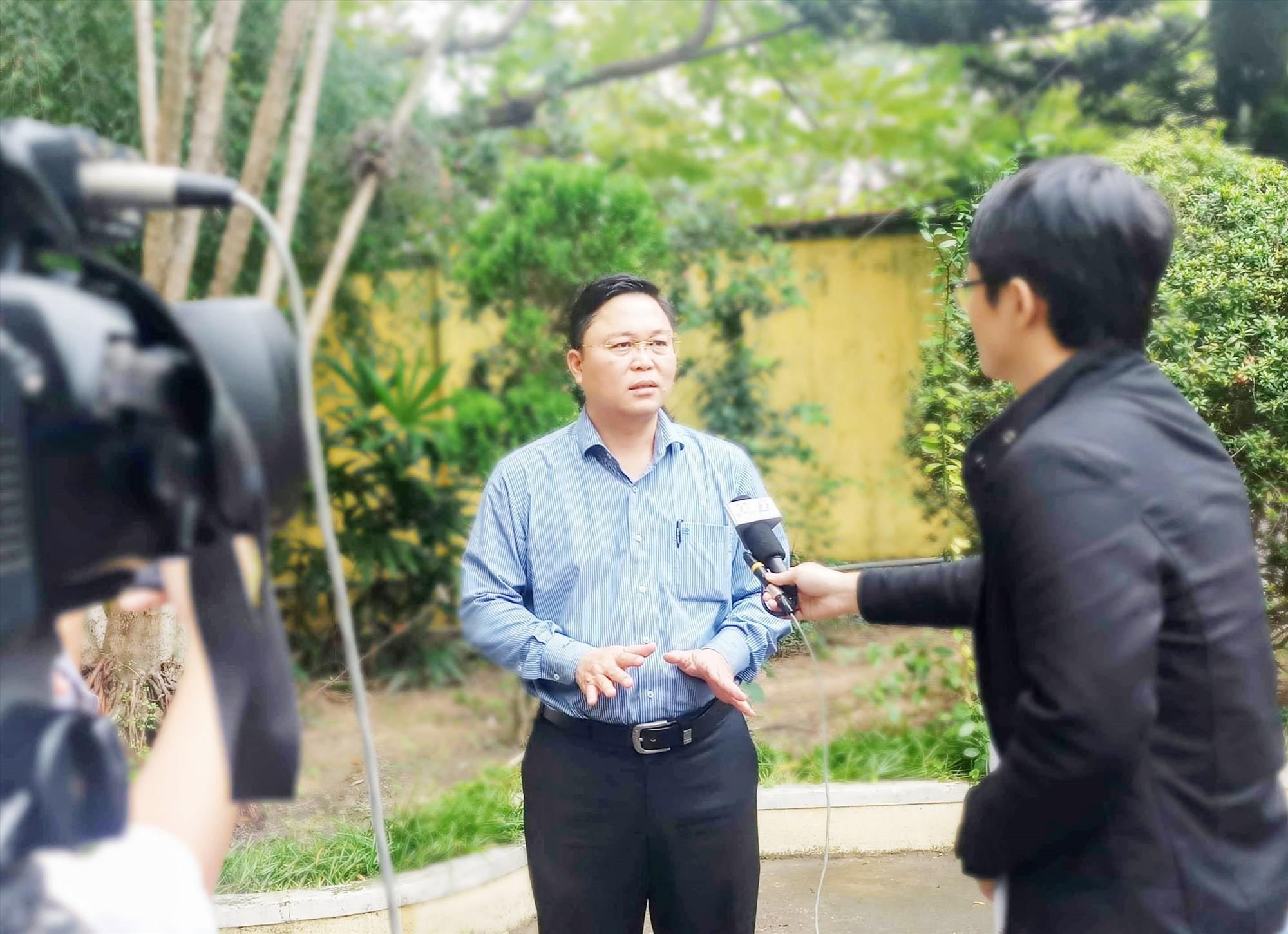 Phóng viên Phòng Thời sự QRT tác nghiệp phỏng vấn Chủ tịch UBND tỉnh Lê Trí Thanh. Ảnh: N.G