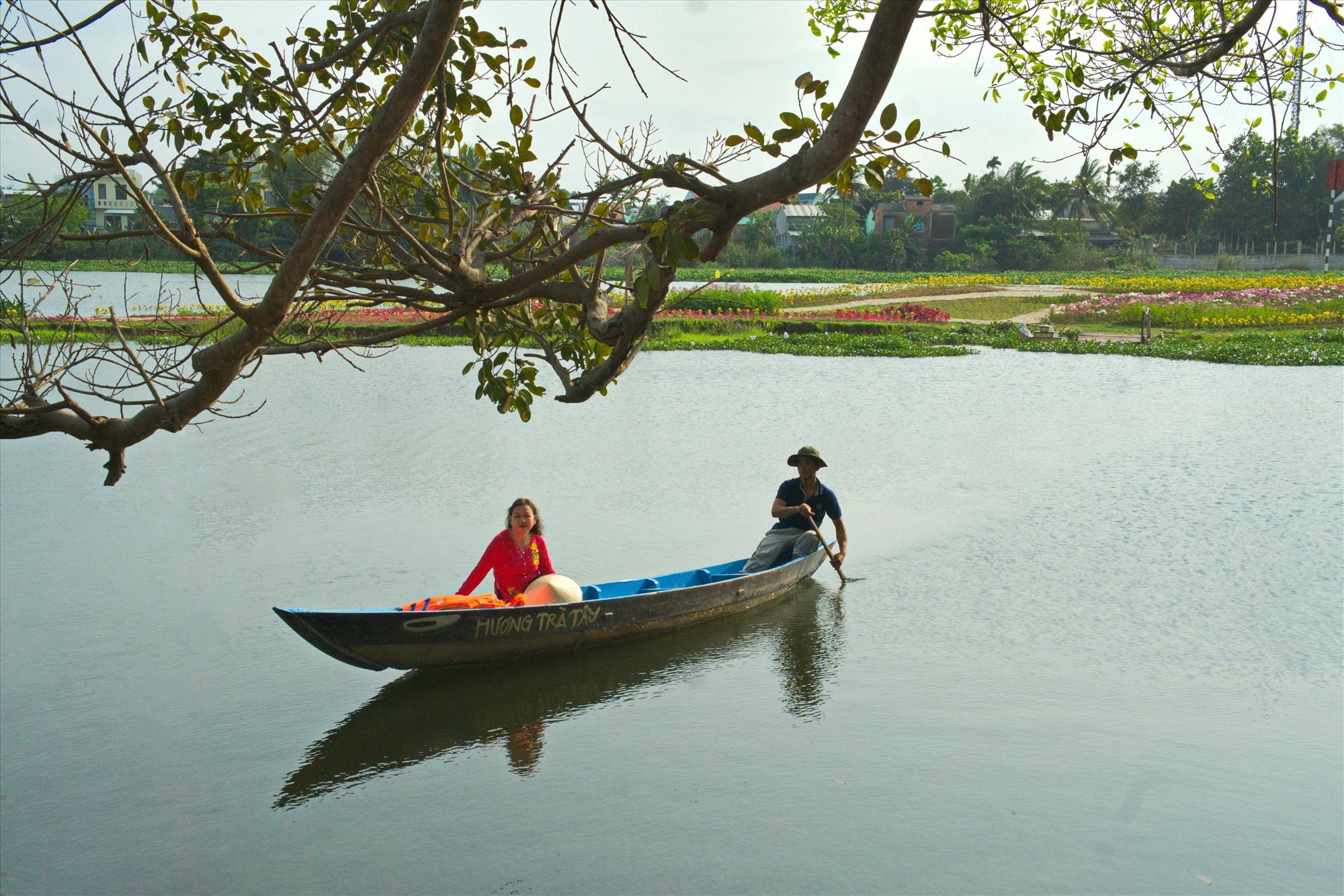 Trên dòng sông Tam Kỳ (đoạn đi qua trước đình làng Hương Trà, Hòa Hương, Tam Kỳ). Ảnh: NGUYỄN ĐIỆN NGỌC
