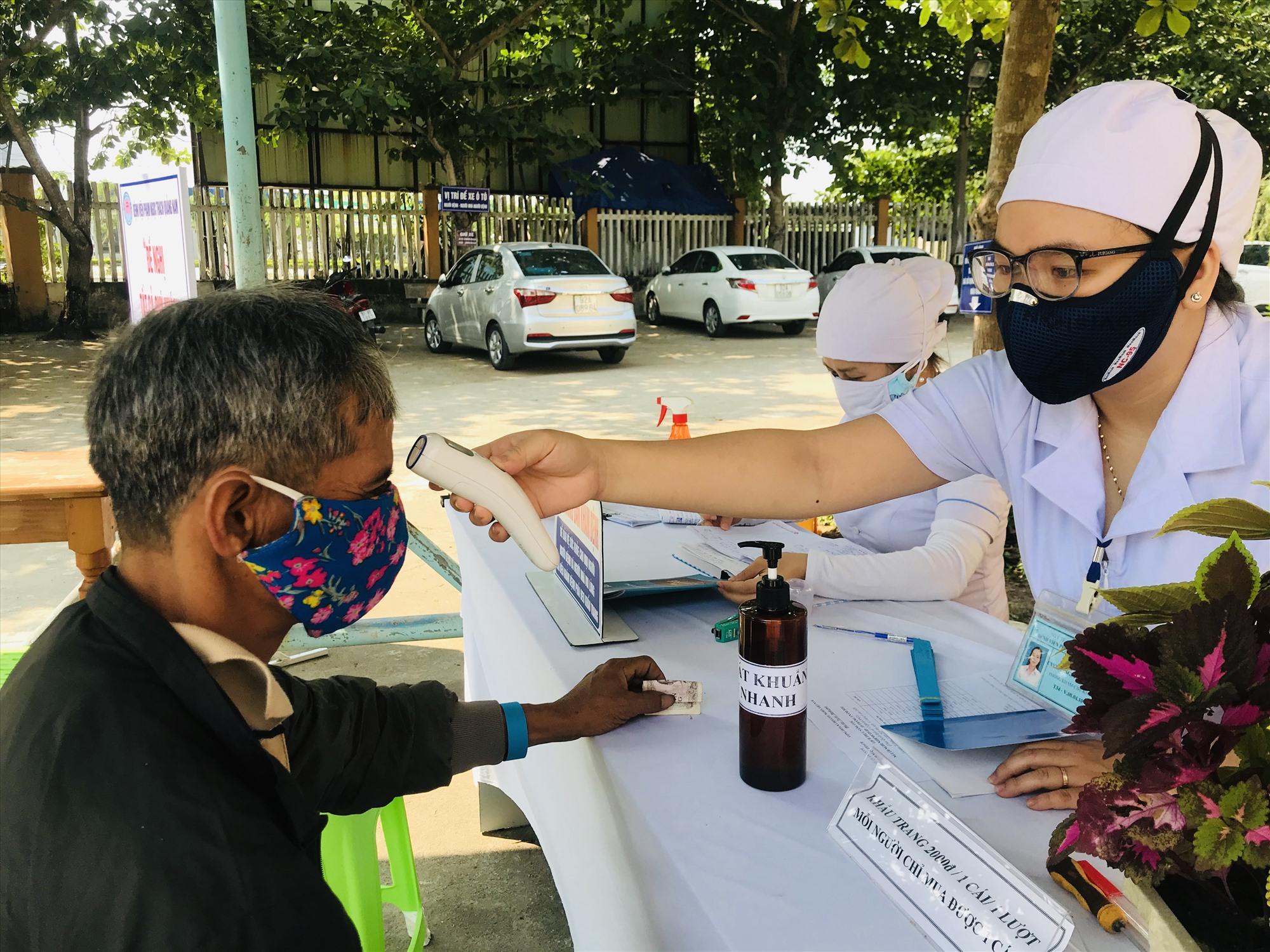 Bệnh viện Phạm Ngọc Thạch đo thân nhiệt đối với khách đến thăm, khám. Ảnh: C.N