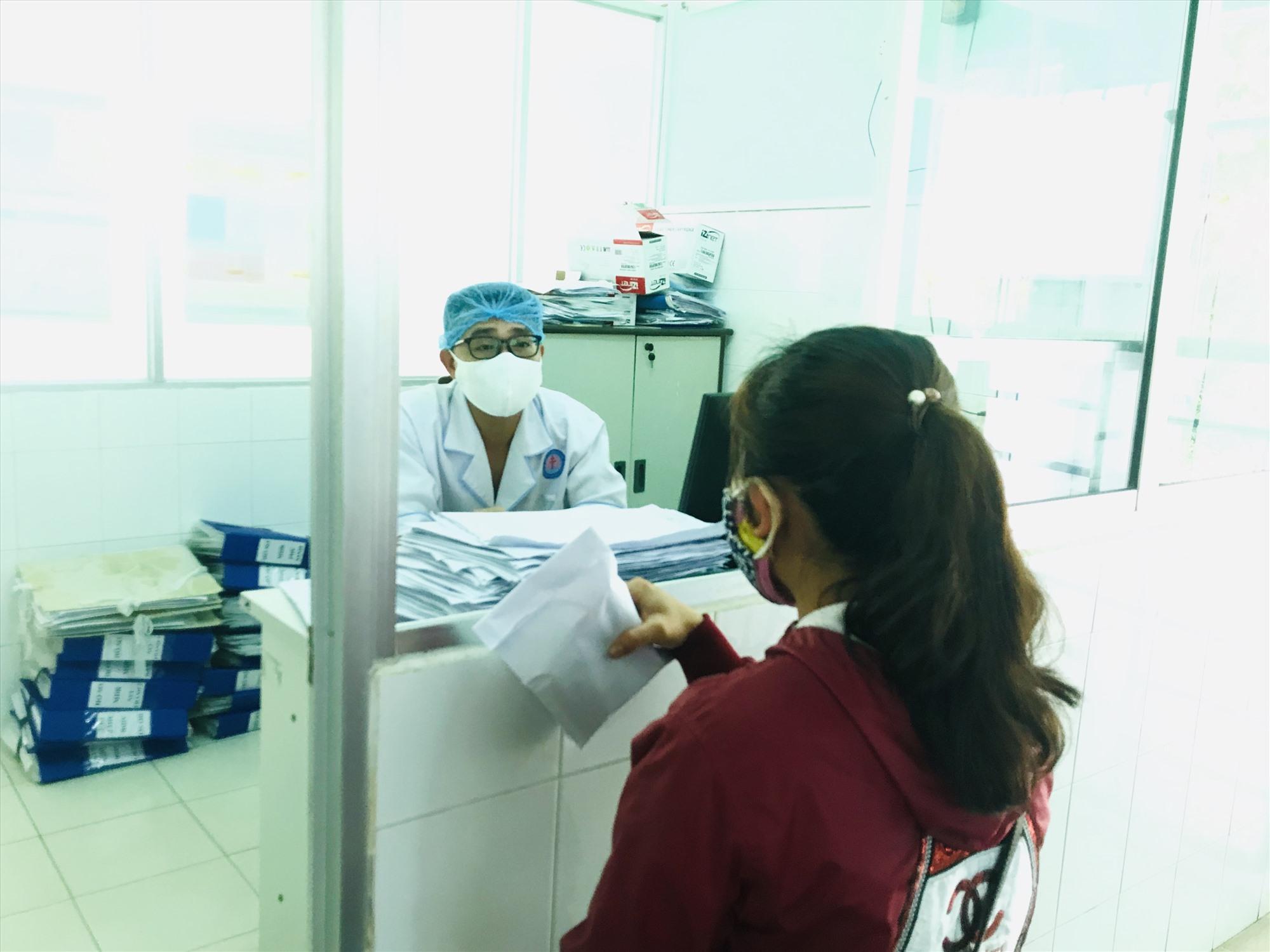 Tư vấn cho khách đến khám tại Bệnh viện Phạm Ngọc Thạch. Ảnh: C.N