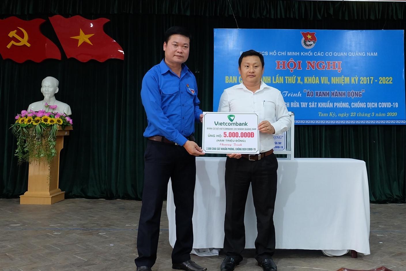 Đoàn cơ sở Ngân hàng Vietcombank Chi nhánh Quảng Nam ủng hộ 5 triệu đồng để sản xuất 2.000 chai nước sát khuẩn tặng cho người dân. Ảnh: M.L