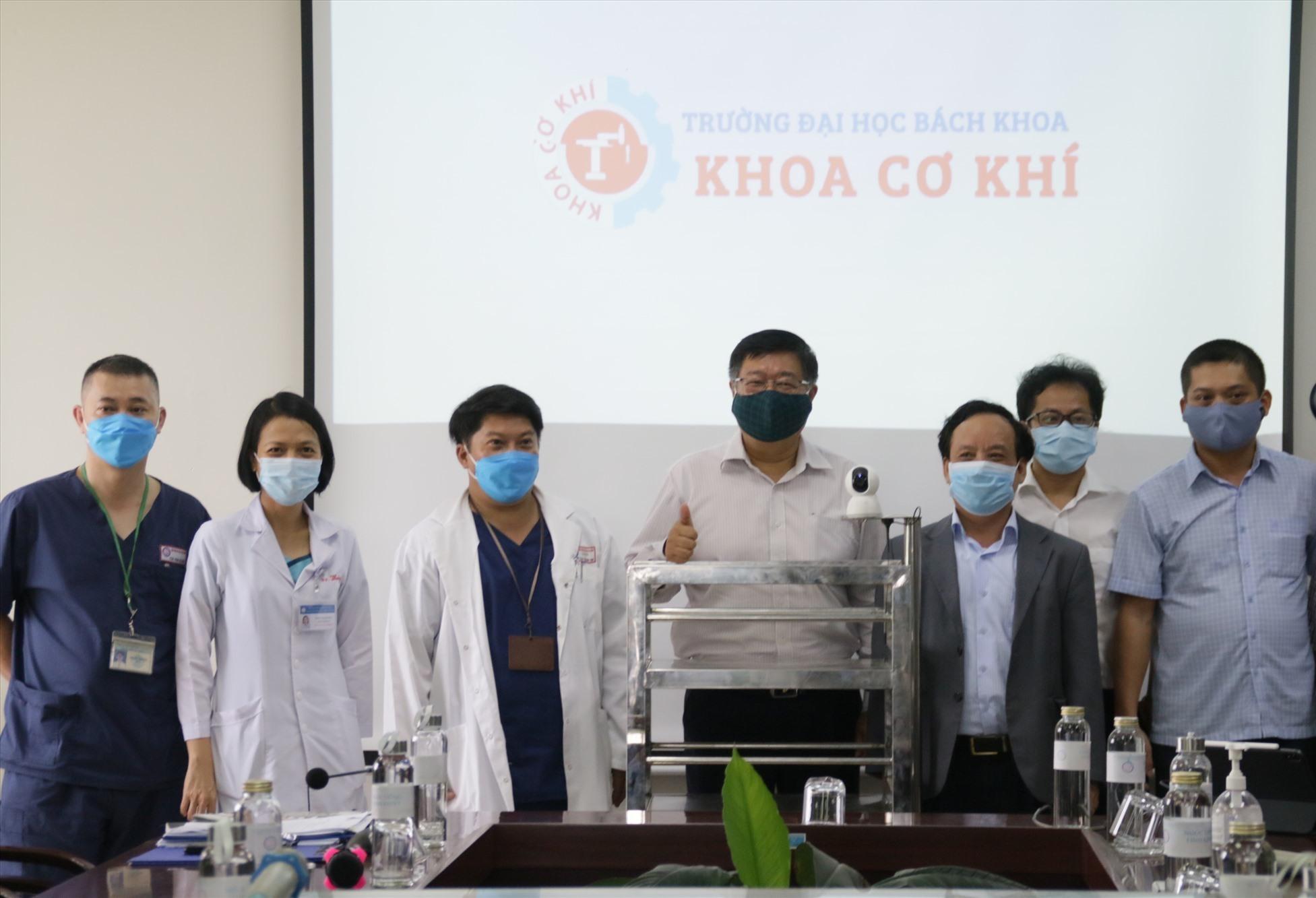 Giám đốc ĐH Đà Nẵng chứng kiến lễ bàn giao, tiếp nhận Robot của Trường ĐH Bách Khoa Đà Nẵng cho Bệnh viện Phụ Sản Nhi thành phố. Ảnh QL