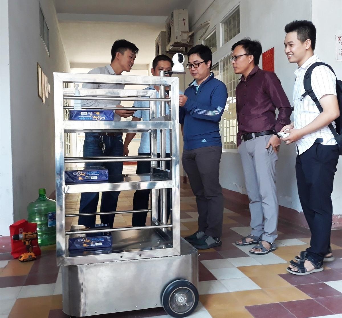 Robot vận chuyển thức ăn, nhu yếu phẩm phục vụ bệnh nhân khu vực cách ly Bệnh viện Phụ Sản Nhi Đà Nẵng. Ảnh QL