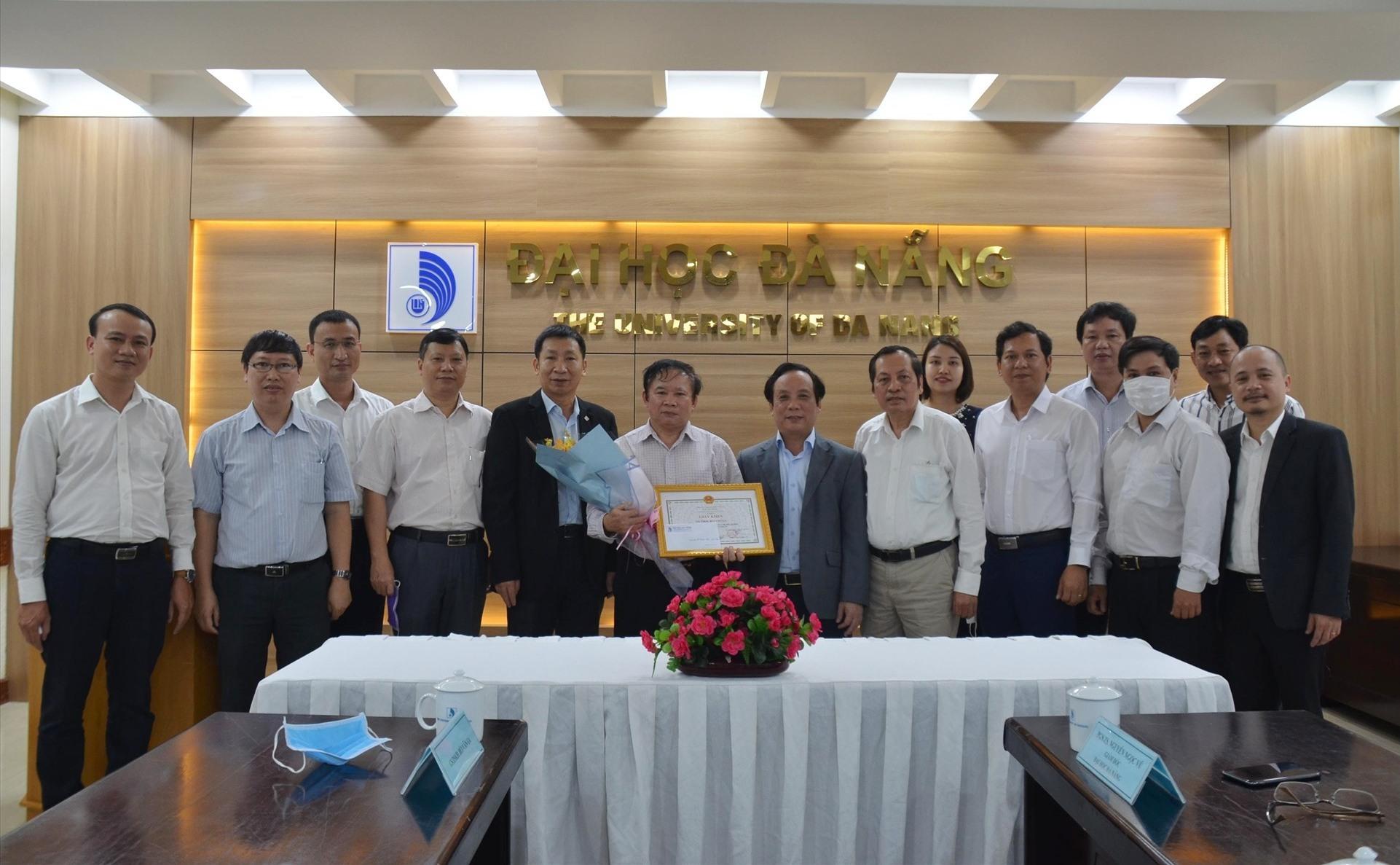 Giám đốc Đại học Đà Nẵng thưởng nóng cho GS.TSKH Bùi Văn Ga với sáng chế.máy đo thân nhiệt từ xa. .Ảnh QL