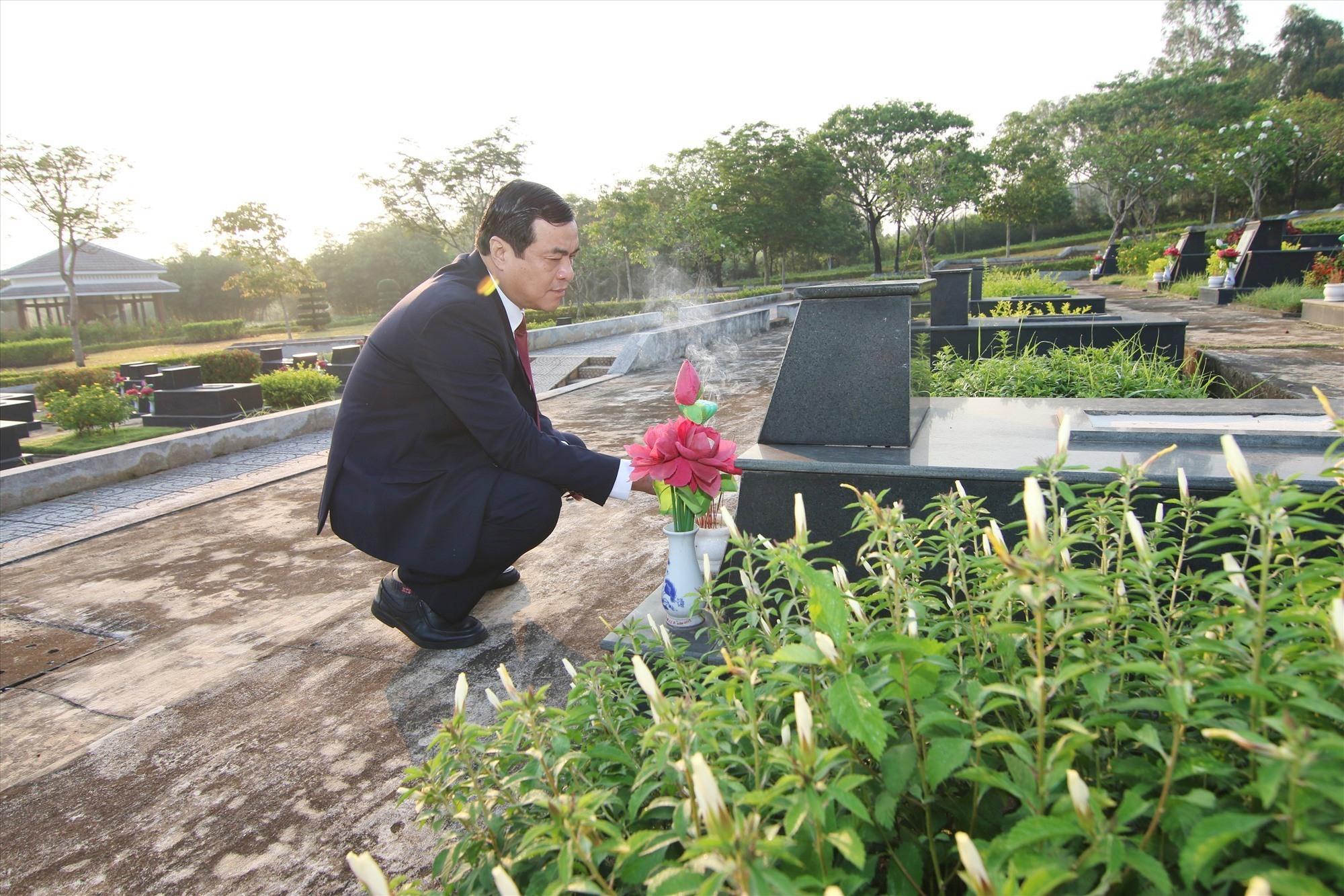 Bí thư Tỉnh ủy Phan Việt Cường thắp hương phần mộ liệt sĩ tại nghĩa trang liệt sĩ tỉnh. Ảnh: T.C