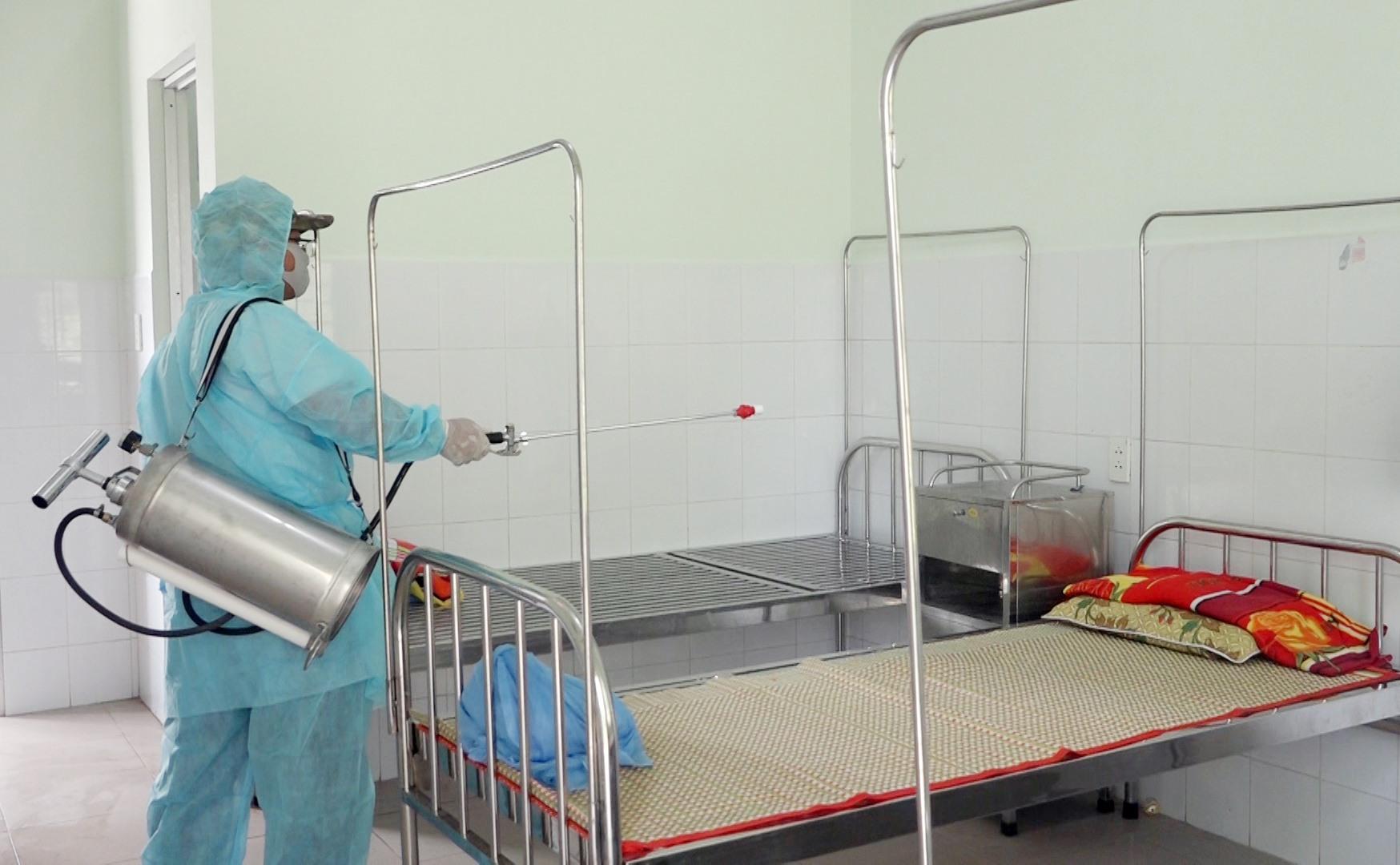 Huyện Thăng Bình thường xuyên phun thuốc tiêu độc khử trùng tại các khu vực công cộng, Trạm Y tế xã, thị trấn.