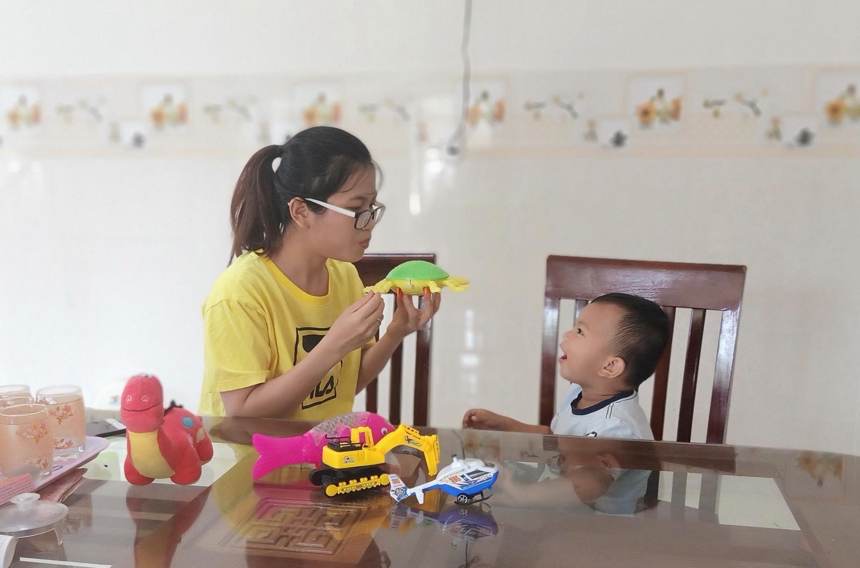 chị Đặng Thị Hồng Anh đề ra từng bài học để dạy con tập nói và nhận biết.(ảnh: N.Trang)