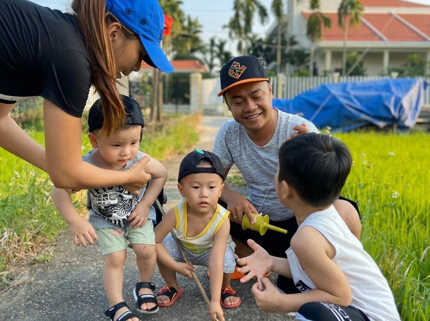 Ở nhiều địa phương, phụ huynh lập ra từng nhóm thả diều để tạo sân chơi cho con. (ảnh: N.Trang)