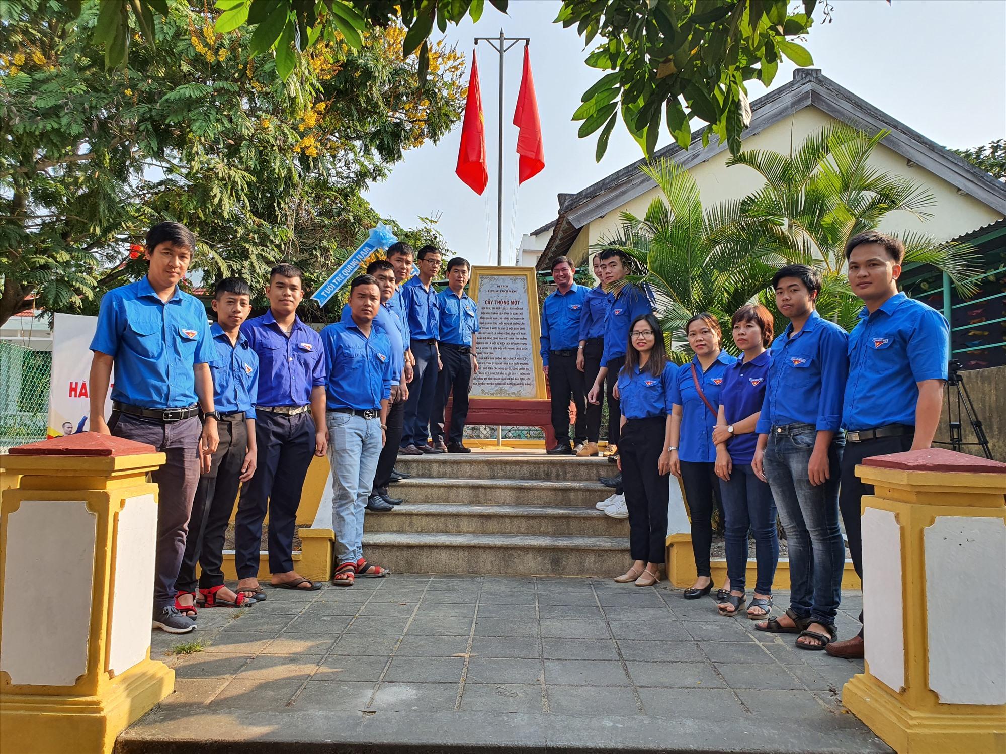 Tỉnh đoàn tổ chức dâng hoa tri ân tại Di tích Cây Thông Một