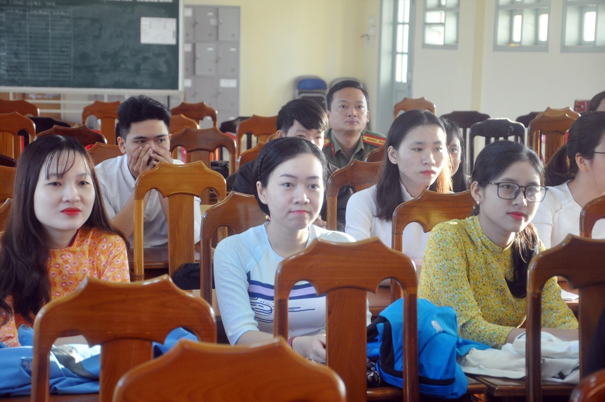 Những giáo viên tham gia xét tuyển viên chức giáo dục THPT năm 2019. Ảnh: X.P