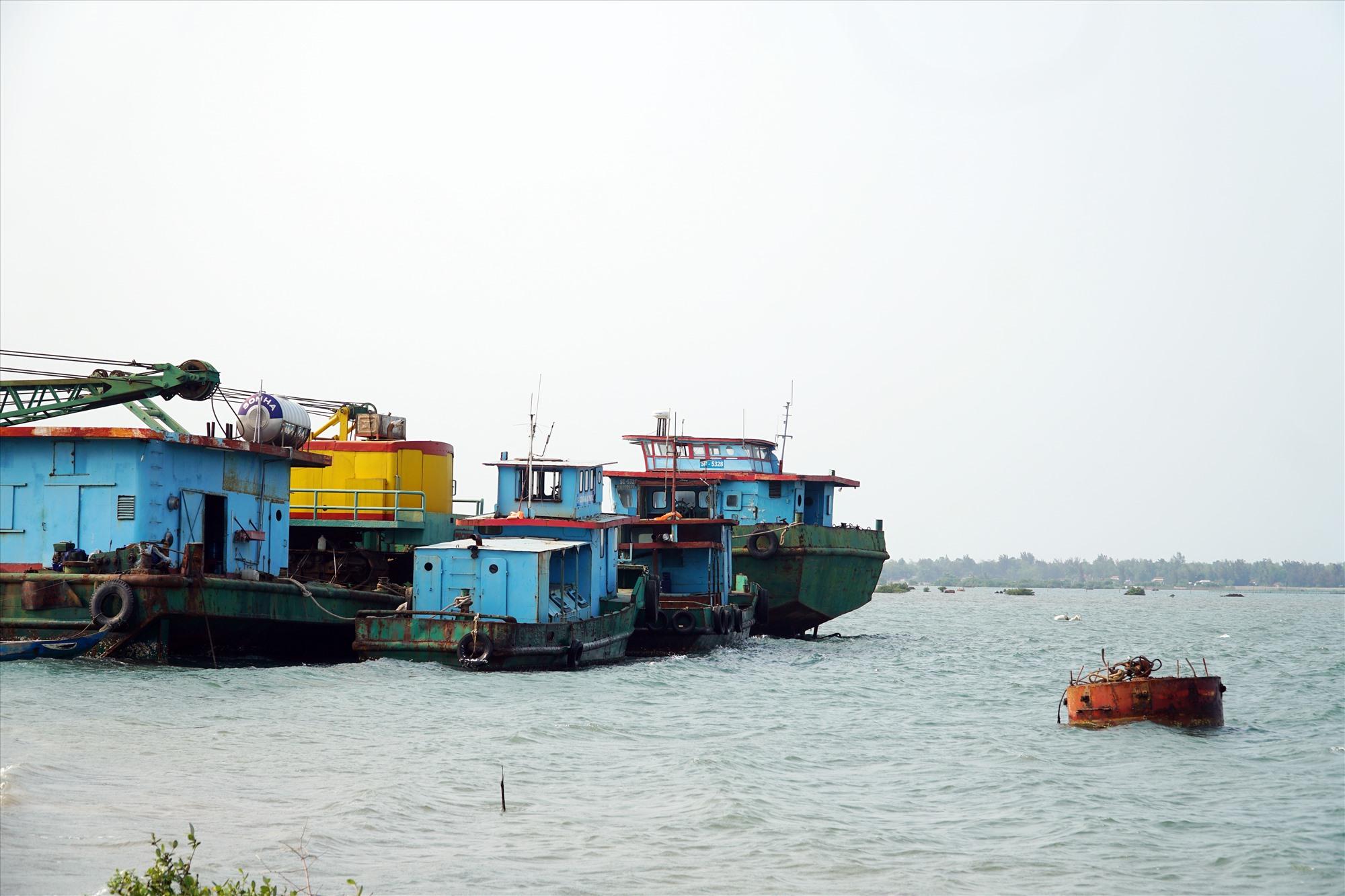 Các phương tiện máy móc nằm chờ nạo vét luồng vào cảng Tam Hiệp suốt 1 năm qua. Ảnh: N.T