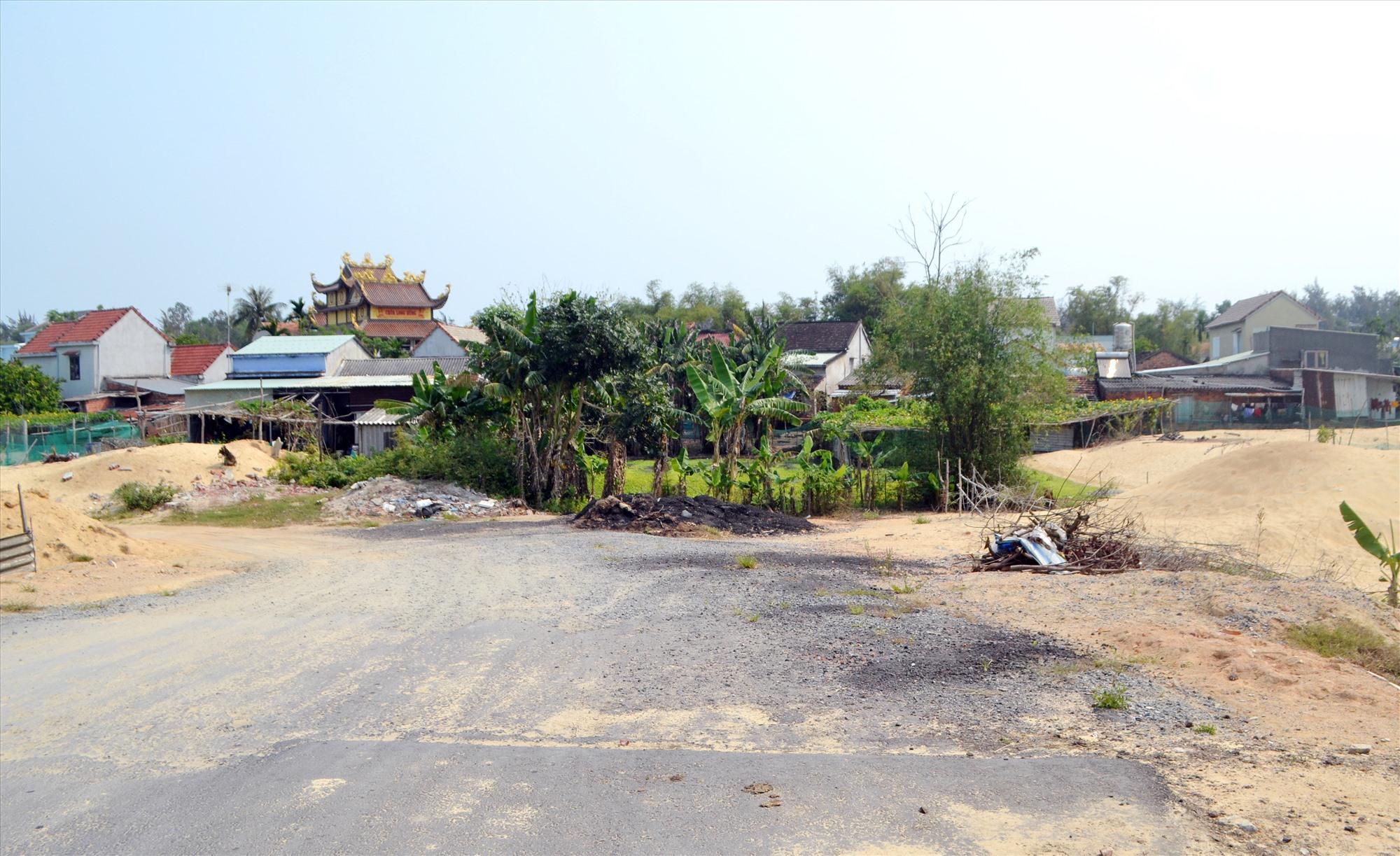 """""""Cụm mặt bằng"""" chưa khai thông tại xã Bình Đào, khiến dự án chưa thể kết nối với đường 129. Ảnh: C.T"""