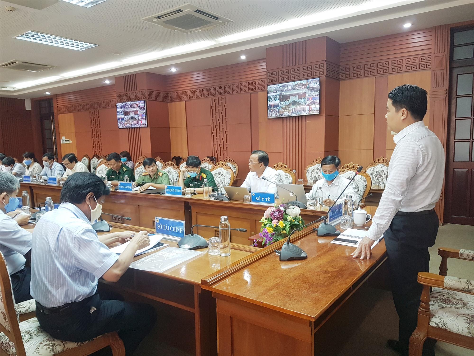 Phó Chủ tịch UBND tỉnh Trần Văn Tân yêu cầu mỗi địa phương bắt buộc phải có kịch bản tốt nhất cho tình huống xấu nhất. Ảnh: D.L