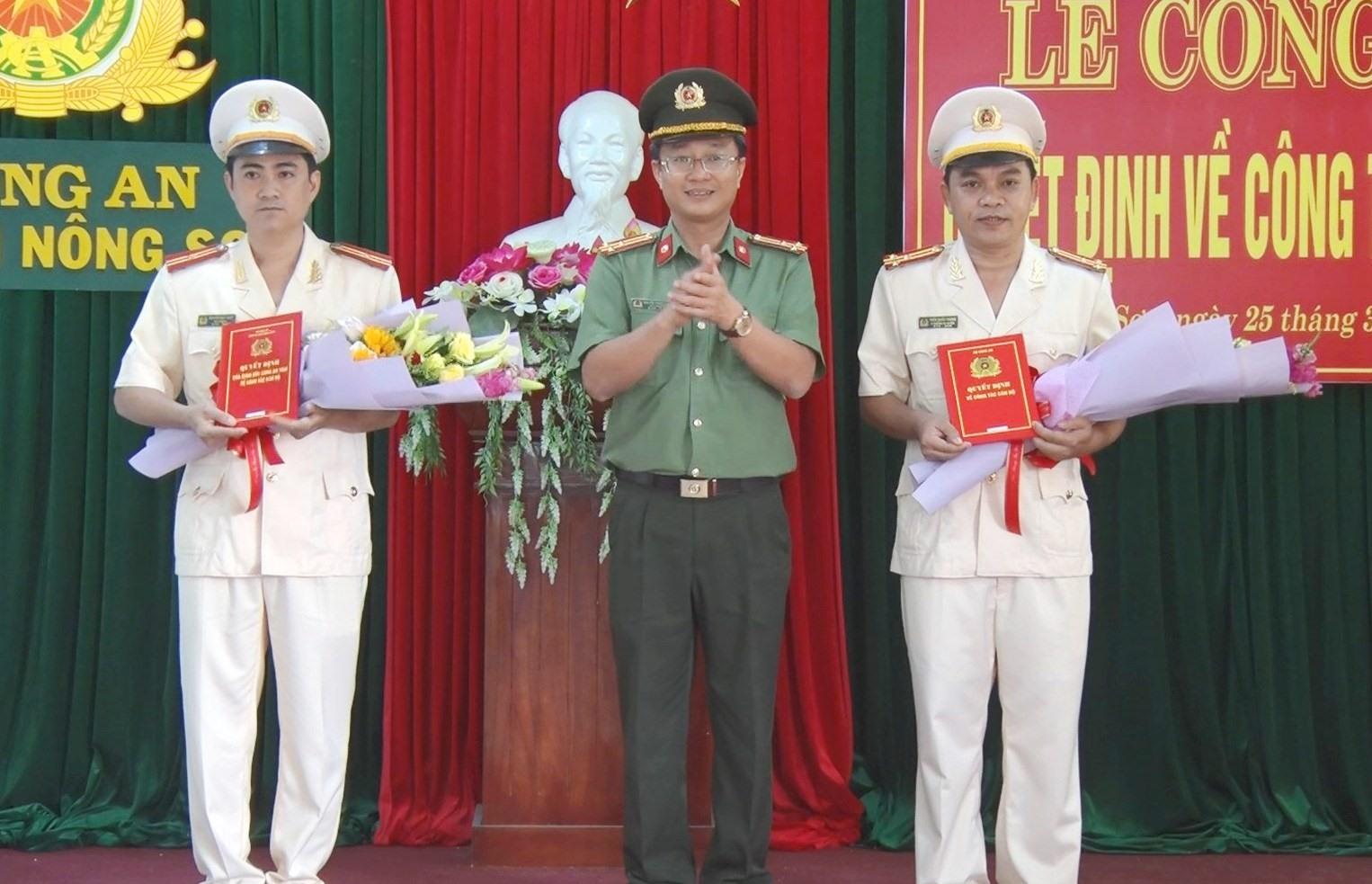 Thượng tá Nguyễn Thành Long – Phó Giám đốc Công an tỉnh trao các quyết định bổ nhiệm trưởng, phó trưởng Công an huyện Nông Sơn.