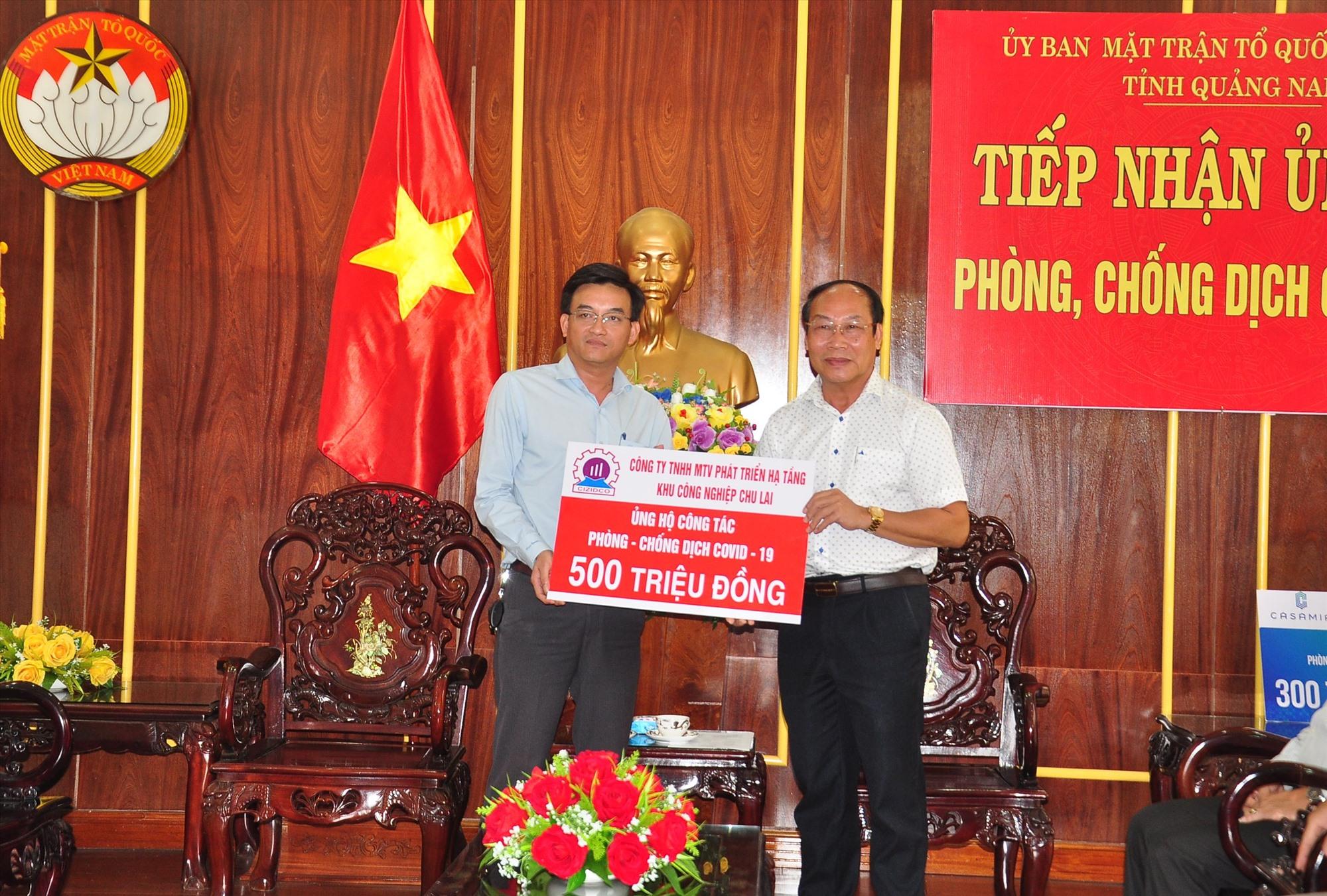 Đại diện Công ty TNHH MTV Phát triển hạ tầng KCN Chu Lai trao nguồn hỗ trợ 500 triệu đồng phòng chống dịch Covid-19. Ảnh: VINH ANH