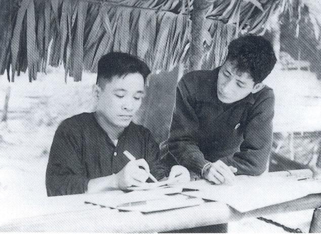 Đồng chí Trương Chí Cương (bên trái) - Phó Bí thư Liên Khu ủy 5 tại Nước Là. Ảnh tư liệu