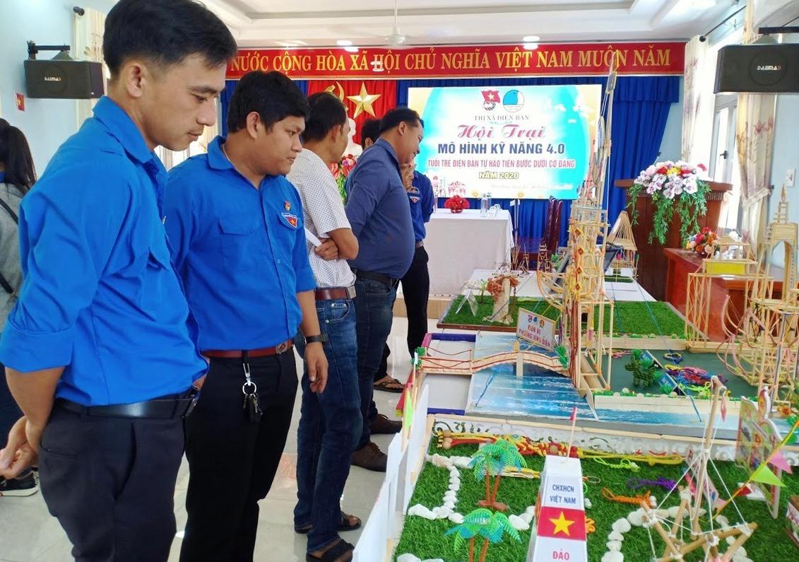 """Tham quan mô hình hội trại kỹ năng 4.0 với chủ đề """"Tuổi trẻ Điện Bàn tự hào tiến bước dưới cờ Đảng"""". Ảnh: T.N"""