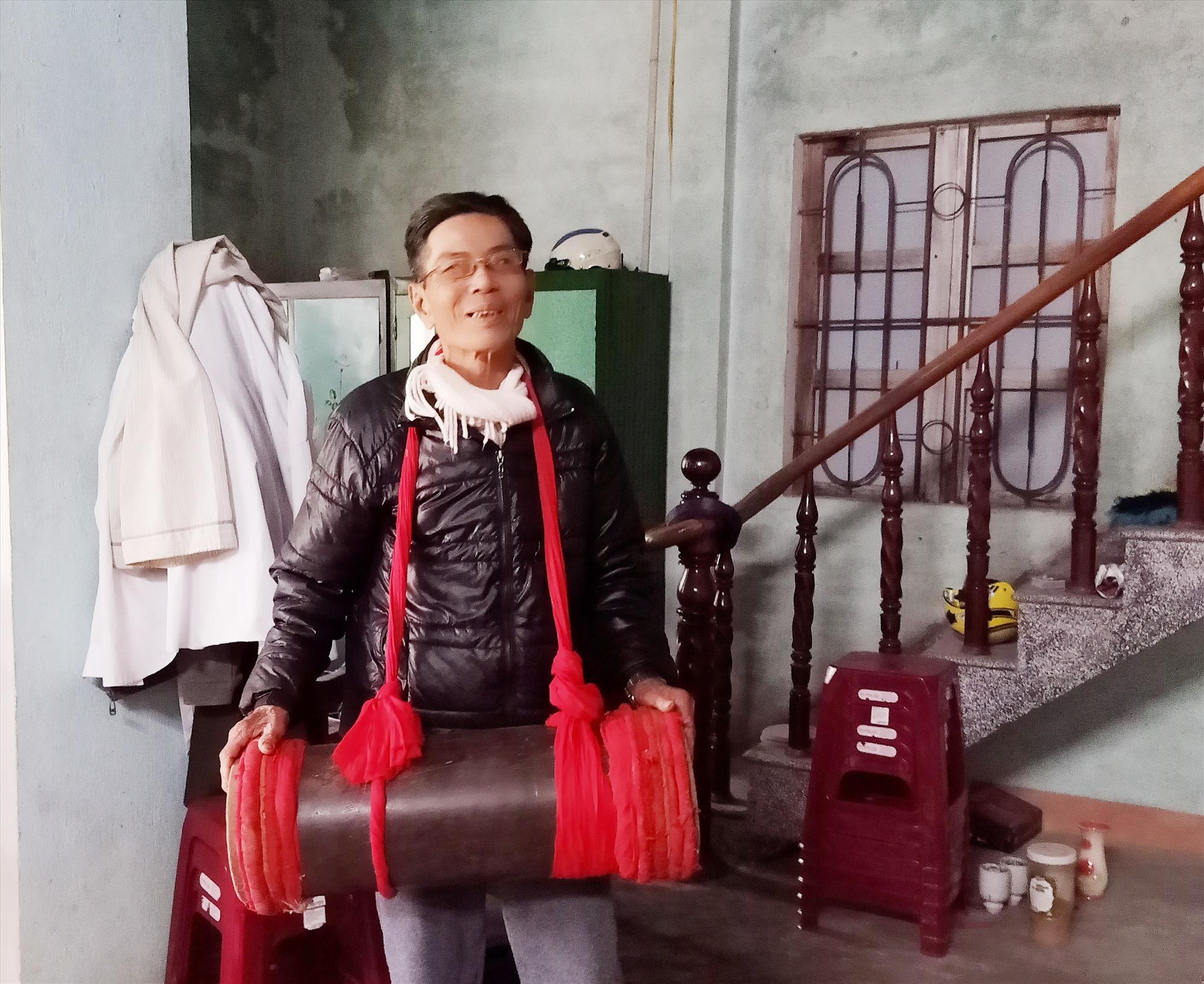 Ông Trương Xuân Phú đam mê với hát sắc bùa xứ Quảng. Ảnh: HOÀNG LIÊN