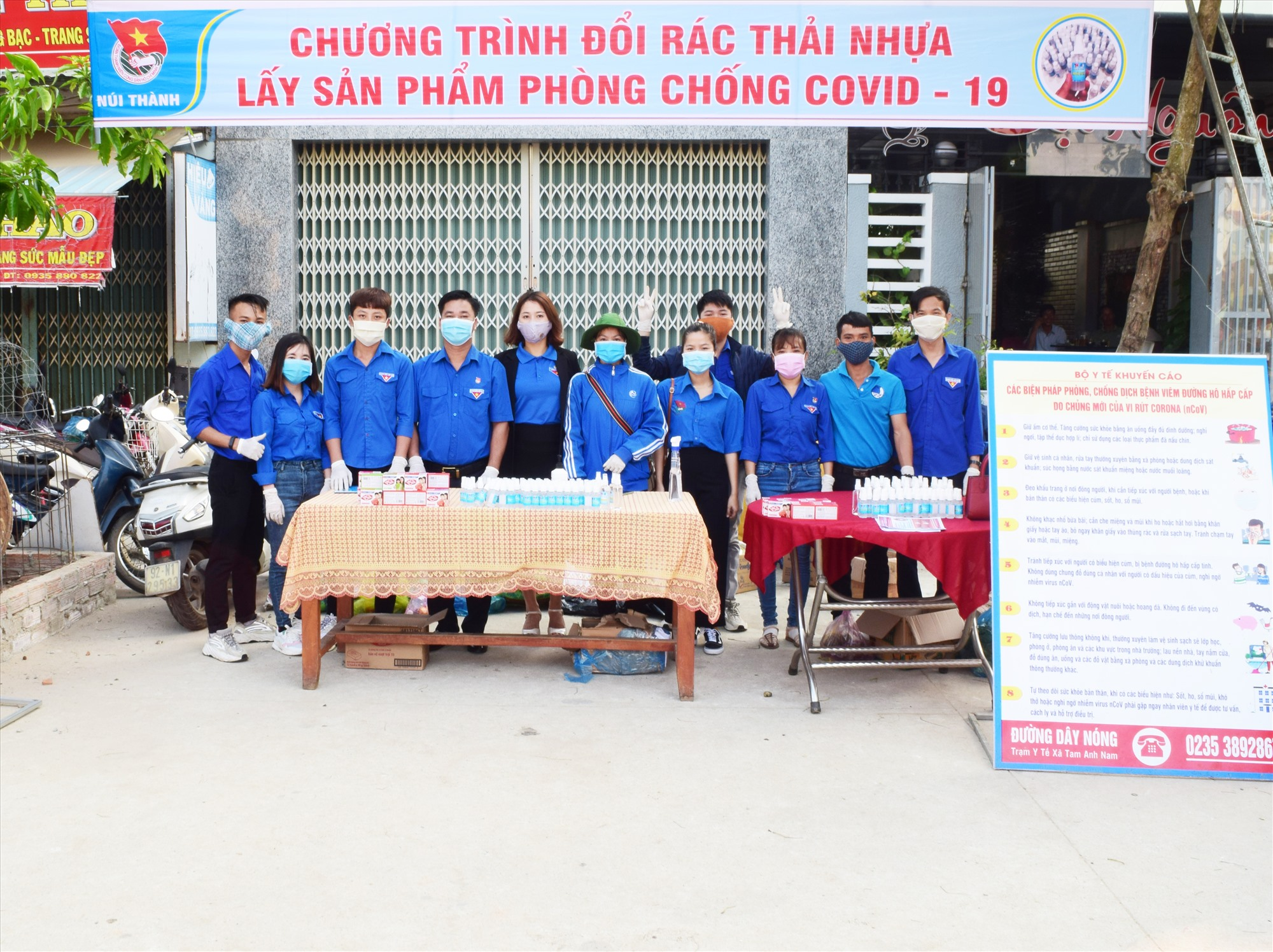 ĐVTN là thanh niên công nhân tham gia tuyên truyền dịch Covid-19 tại xã Tam Anh Nam. Ảnh: THÁI CƯỜNG