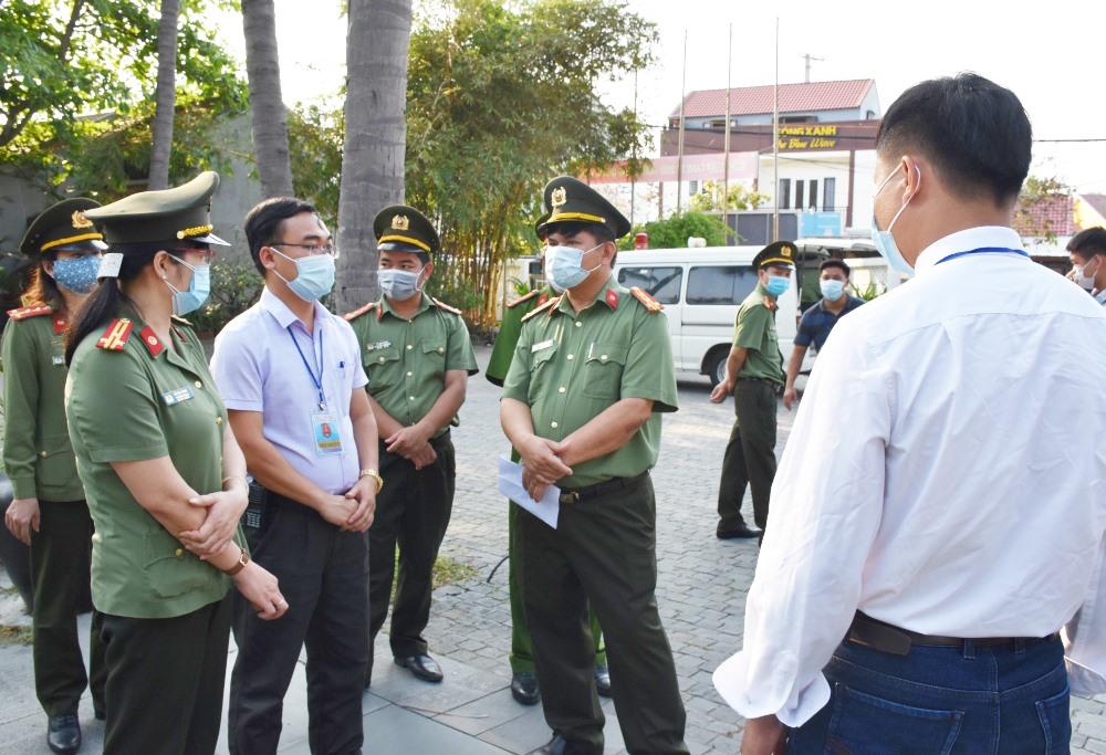 Lãnh đạo Công an tỉnh thăm, động viên cán bộ chiến sĩ tham gia công tác chống dịch tại TP.Hội An. Ảnh: CÔNG TRẦN