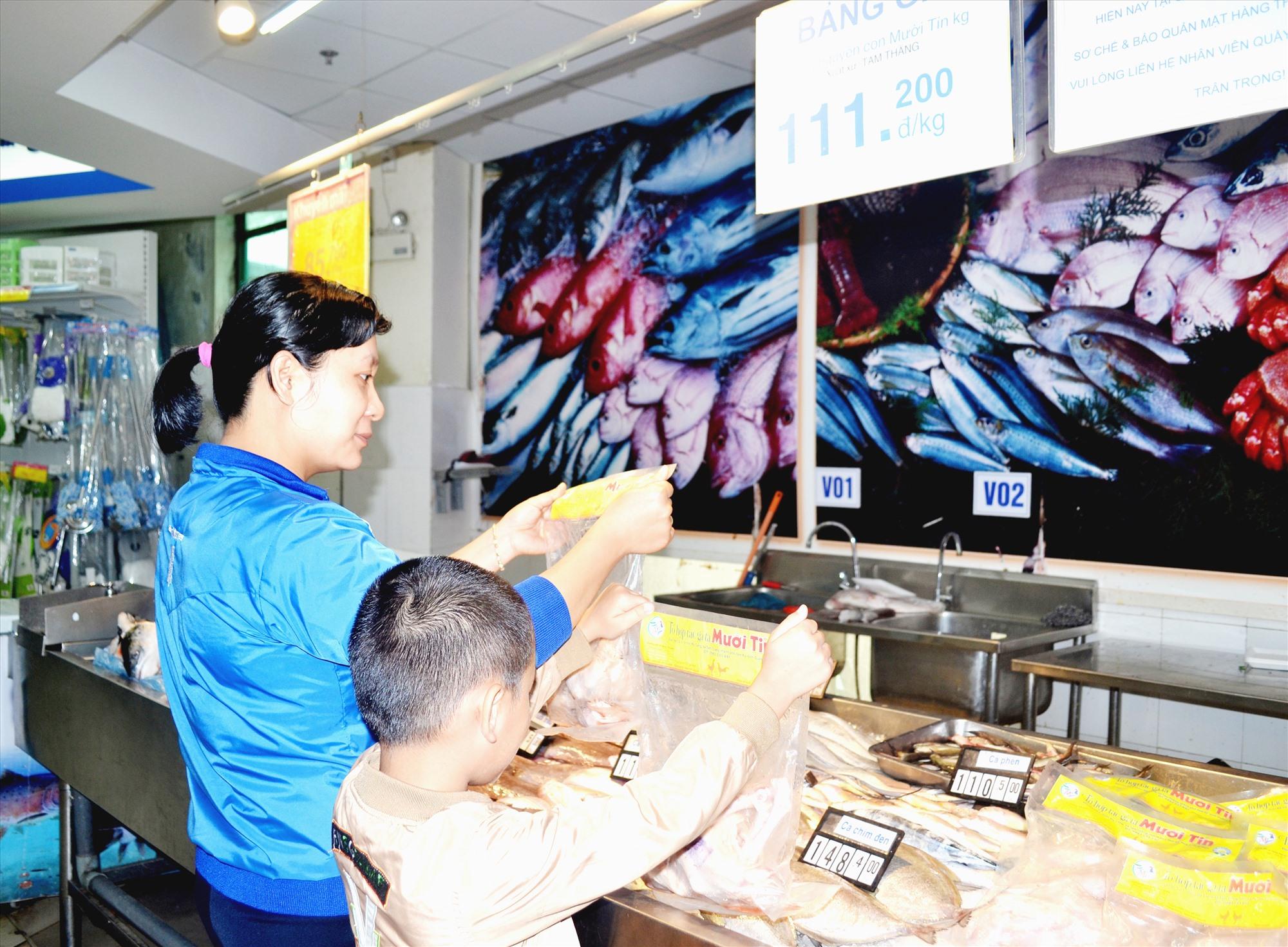 Người dân mua thịt gà Mười Tín ở siêu thị Co.opMart Tam Kỳ. Ảnh: VIỆT NGUYỄN