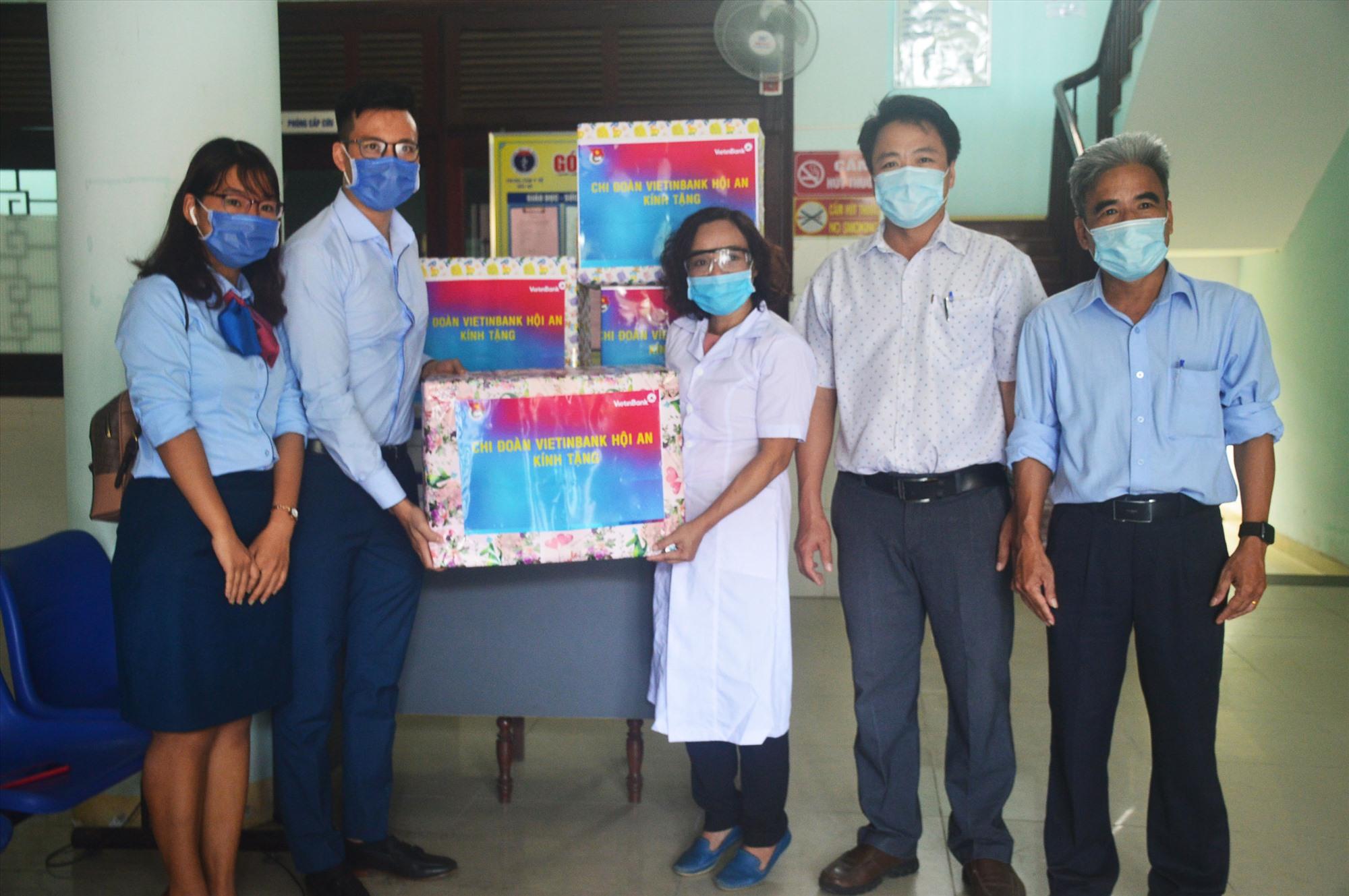 Chi đoàn Vietinbank Hội An trao 2.000 khẩu trang y tế và khẩu trang vải tiếp sức cho y tế địa phương. Ảnh: Q.T