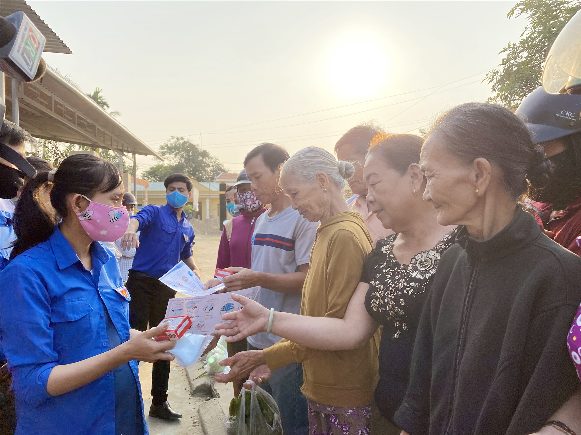 Thanh niên xã Trà Đông tuyên truyền phòng chống dịch covid-19 cho bà con và phát khẩu trang miễn phí.