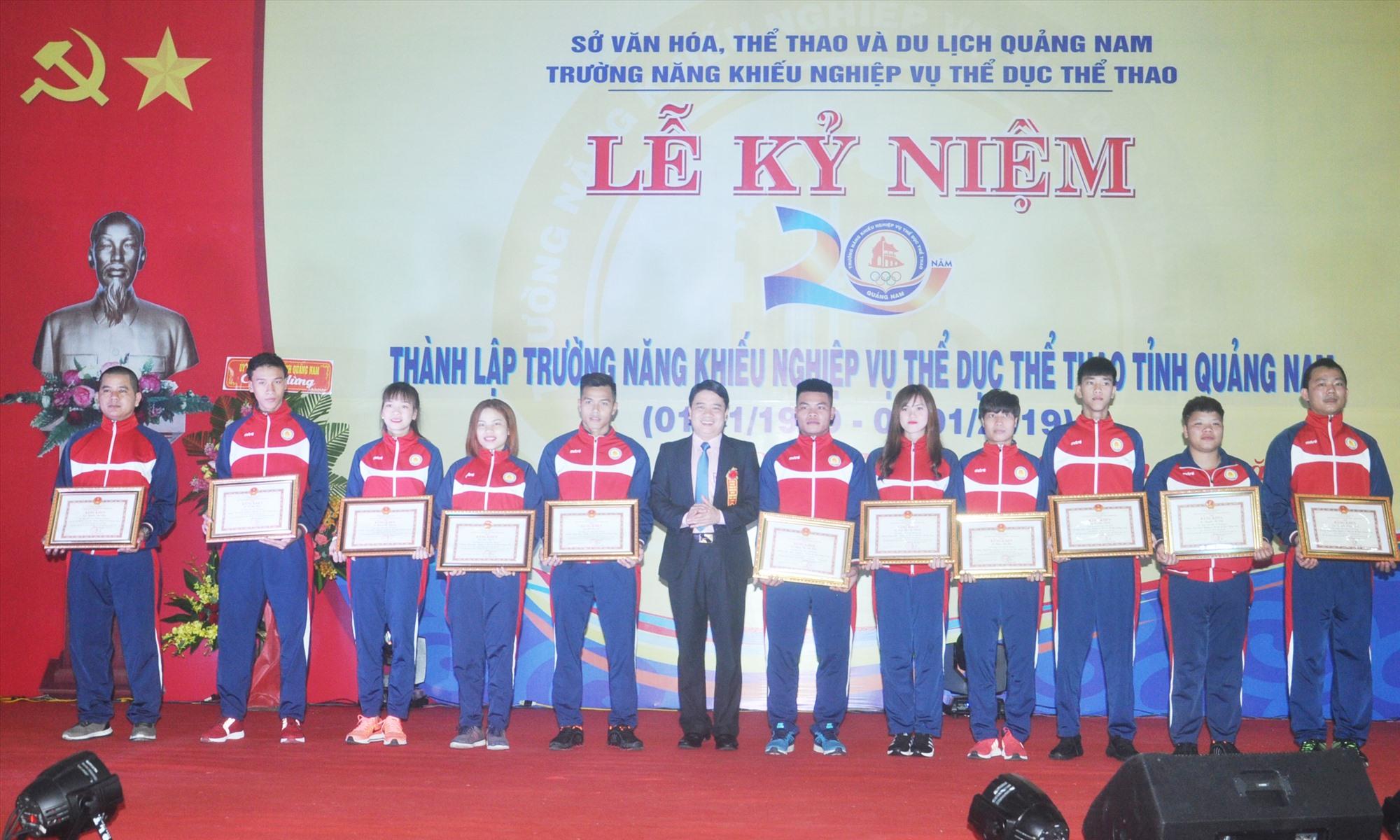 Vận động viên được khen thưởng nhân kỷ niệm 20 năm thành lập Trường Năng khiếu nghiệp vụ TD-TT tỉnh (nay là Trung tâm Đào tạo và thi đấu Quảng Nam). Ảnh: A.N