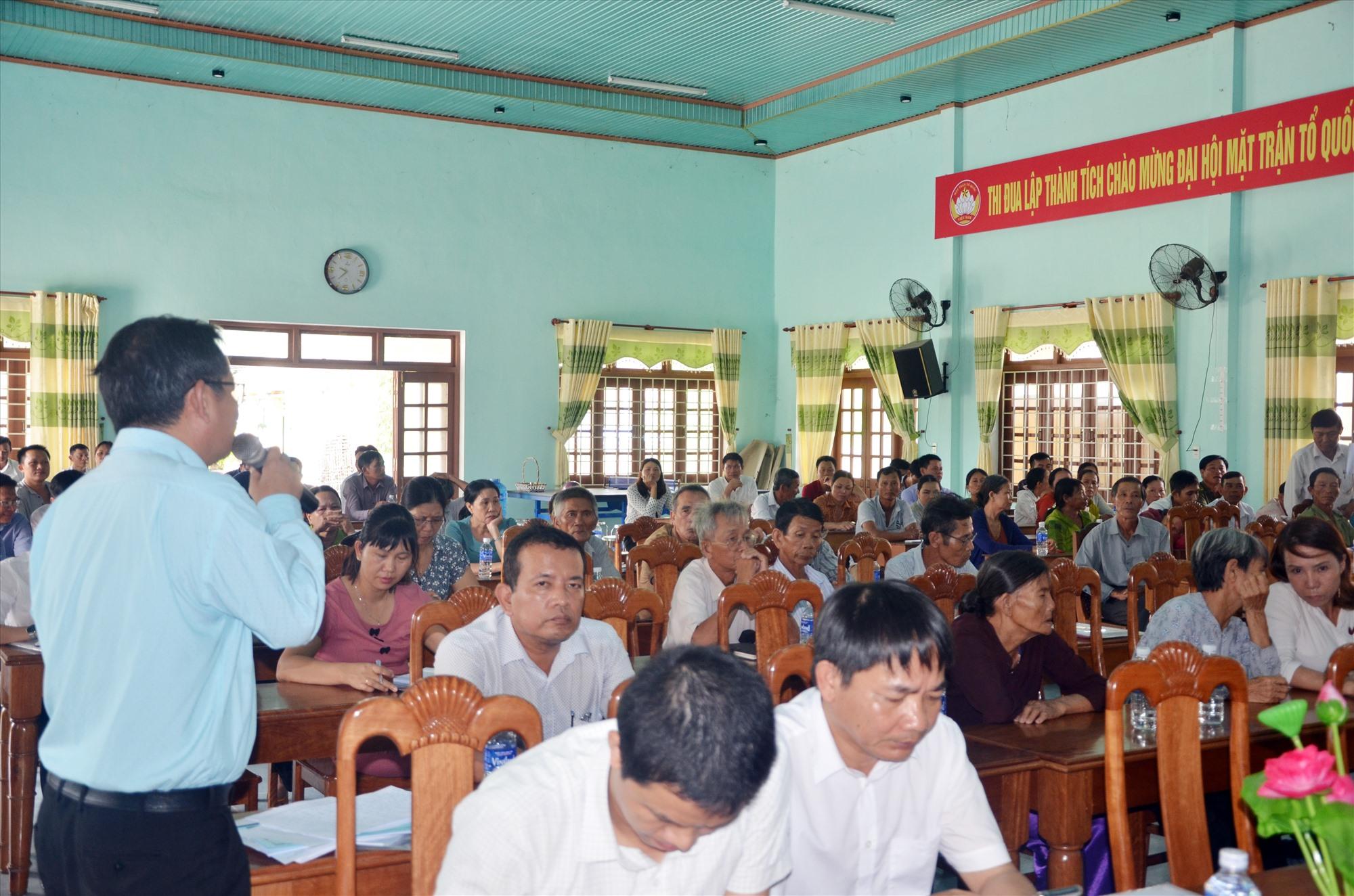Đại diện Sở TN&MT đối thoại với người dân tại trụ sở xã Tam Xuân 2 chung quanh bãi rác Tam Xuân 2 (Núi Thành).