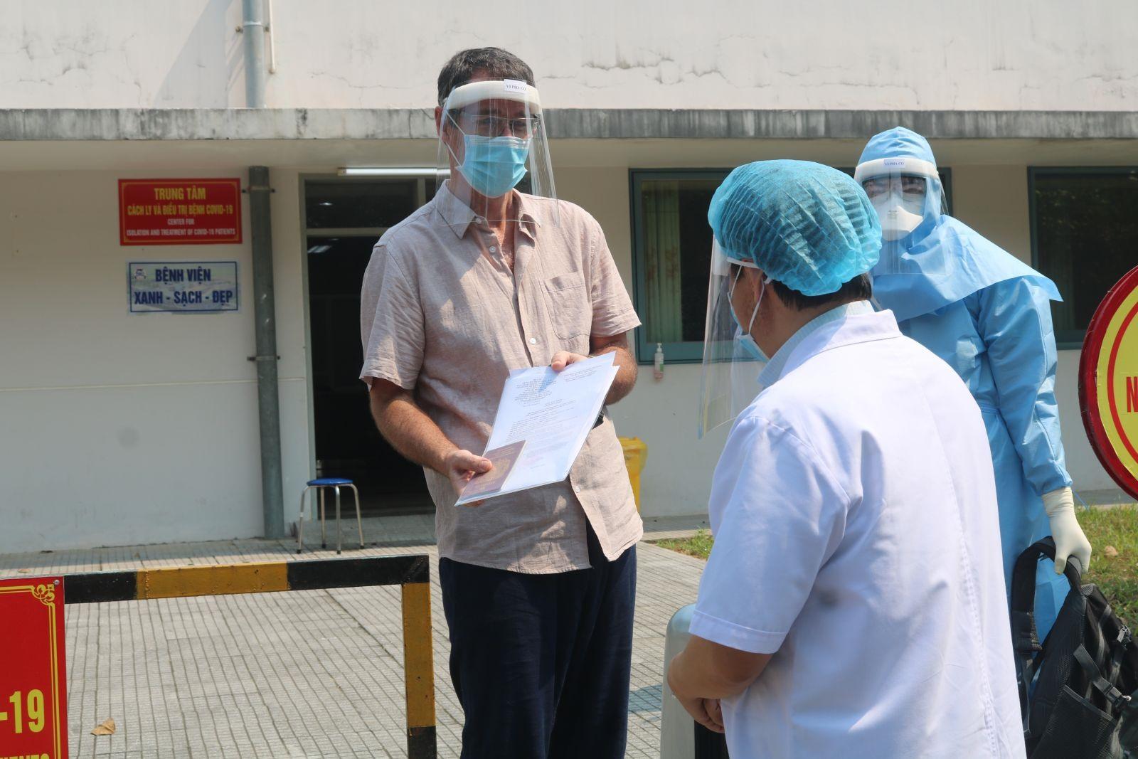 GS.TS.BS Phạm Như Hiệp, Giám đốc Bệnh viện Trung ương Huế trao hồ sơ ra viện cho BN33