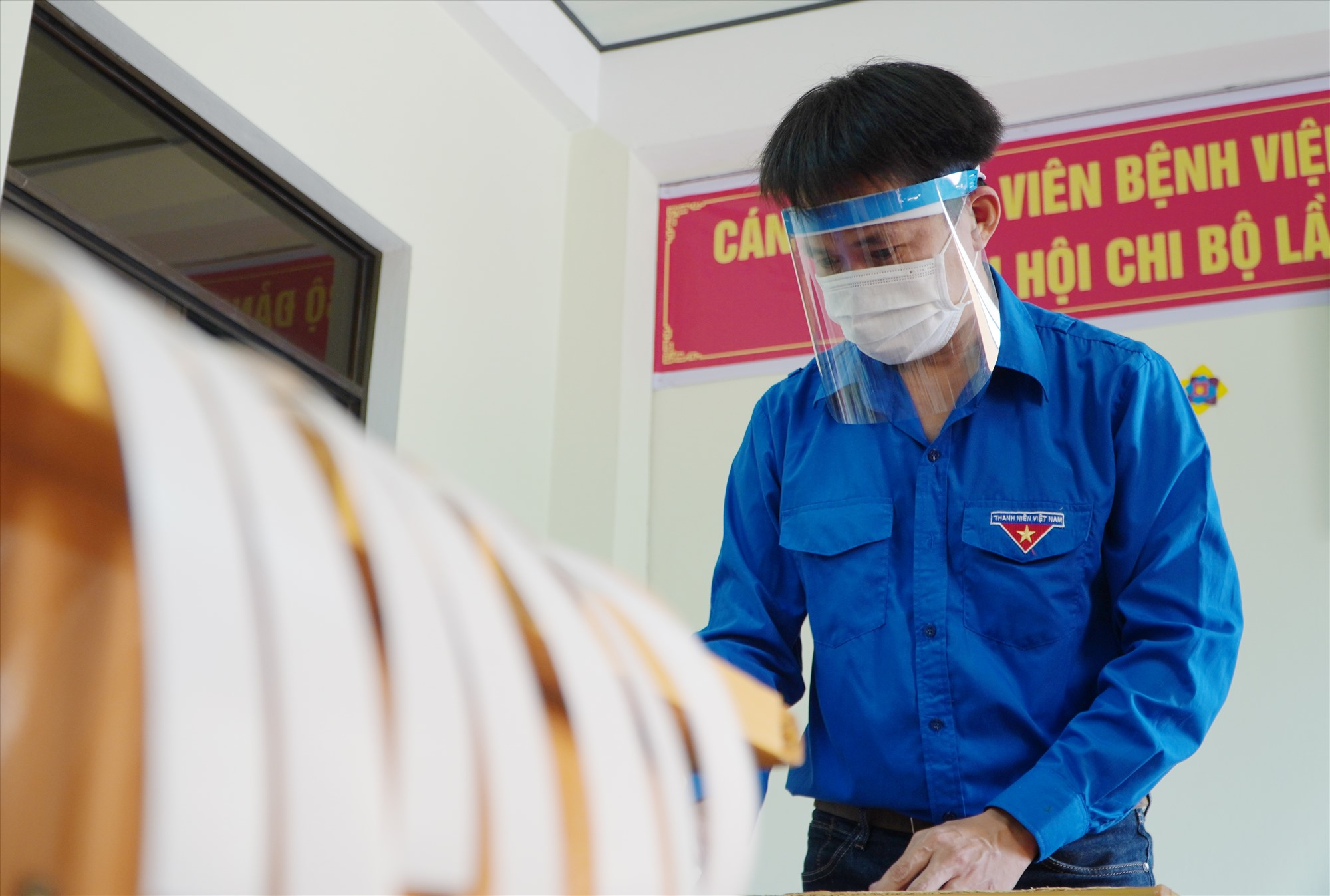 Mỗi Chi đoàn trực thuộc Đoàn Thanh niên Sở Y tế sẽ tiếp tục làm 500 chiếc mặt nạ phòng dịch. Ảnh: PHAN VINH