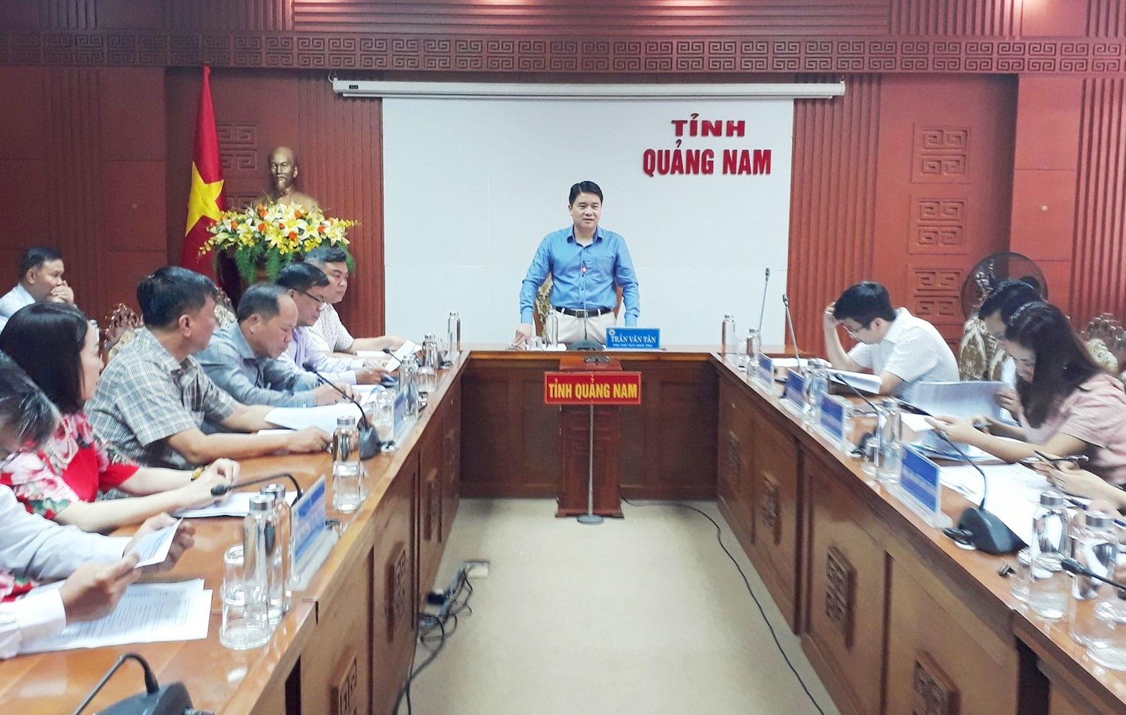 Phó Chủ tịch UBND tỉnh Trần Văn Tân thống nhất lập dự án nâng cấp sân vận động Tam Kỳ. Ảnh: T.V