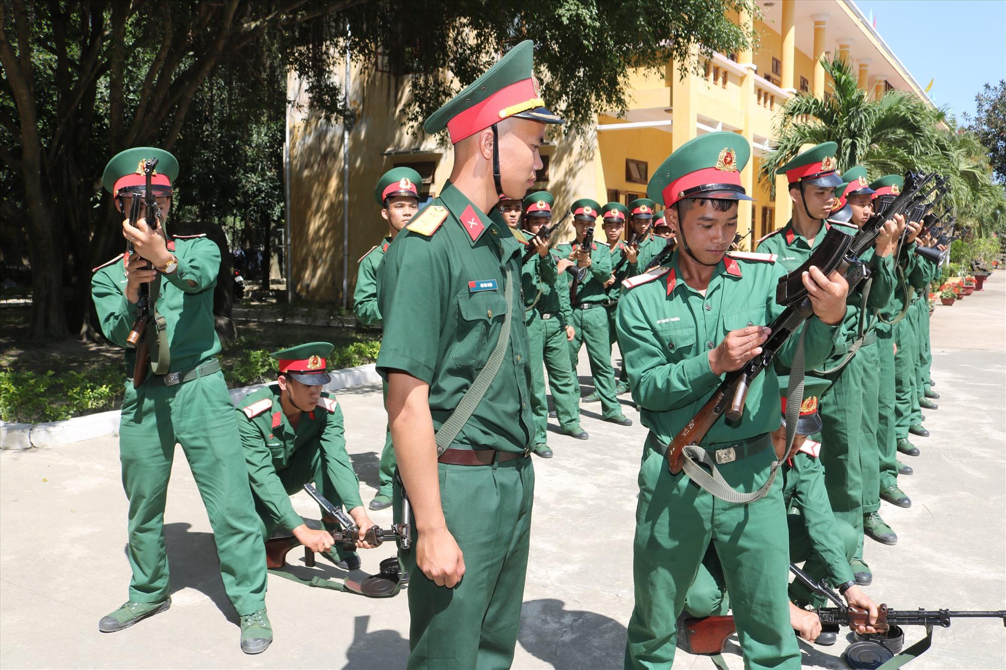 Huấn luyện điều lệnh đội ngũ ở Tiểu đoàn Trinh sát 32. Ảnh: T.K