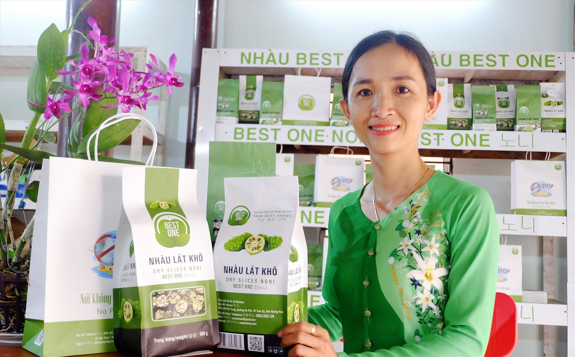 Chị Bùi Thị Tuyết Nhung với những sản phẩm từ quả nhàu. Ảnh: M.L