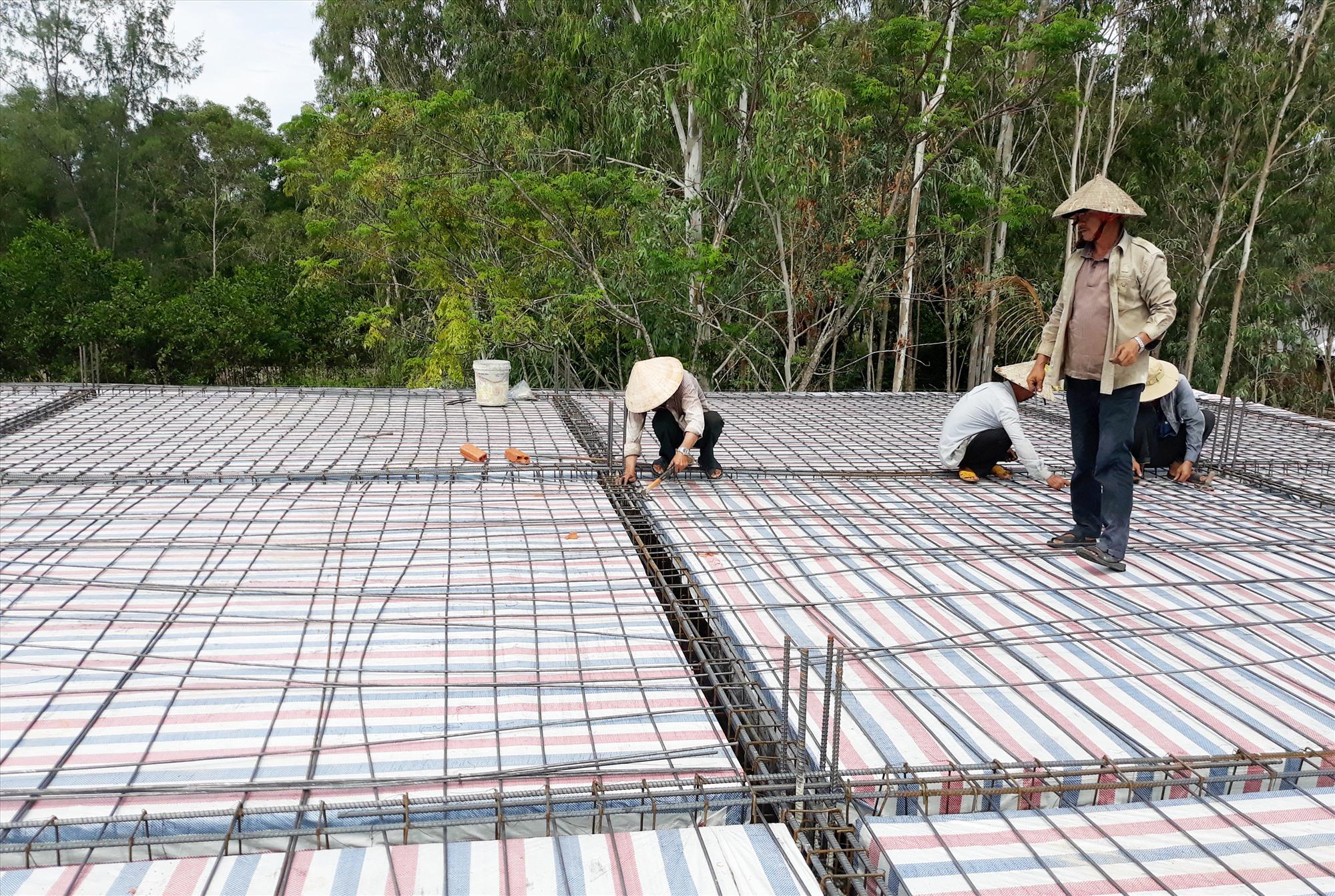 Giá nhân công xây dựng thực tế hiện nay cao hơn giá do tỉnh công bố. Ảnh: H.P