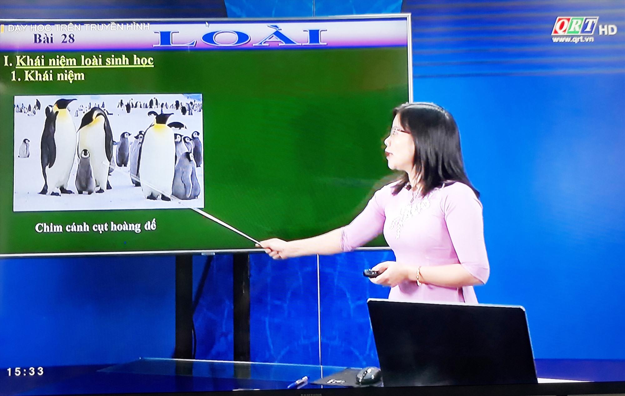 Dạy học trên Đài Phát thanh - truyền hình Quảng Nam. Ảnh: X.P