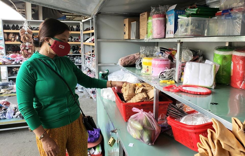 Tiểu thương chợ Phú Thịnh chấp hành nghiêm việc đeo khẩu trang. Ảnh: THANH THẮNG