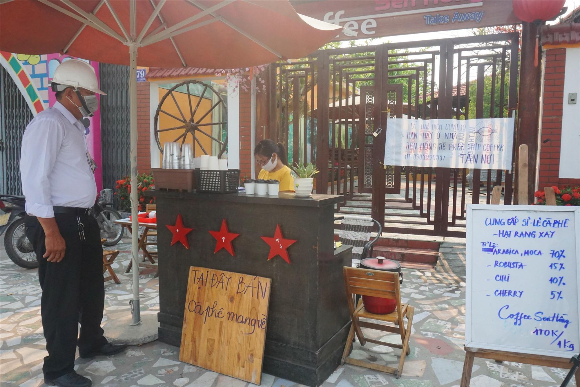 Các quán cà phê trên địa bàn thị trấn Hà Lam đã chuyển sang phục vụ mang về, không phục vụ tại chỗ.