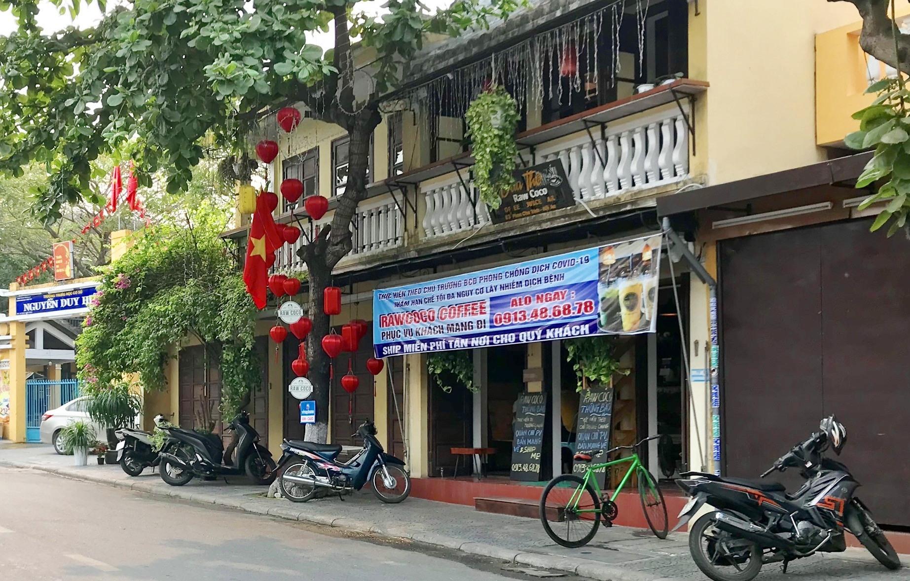 Một quán cà phê chỉ bán cho khách mang đi trên đường Phan Châu Trinh, TP.Hội An. Ảnh: Q.T